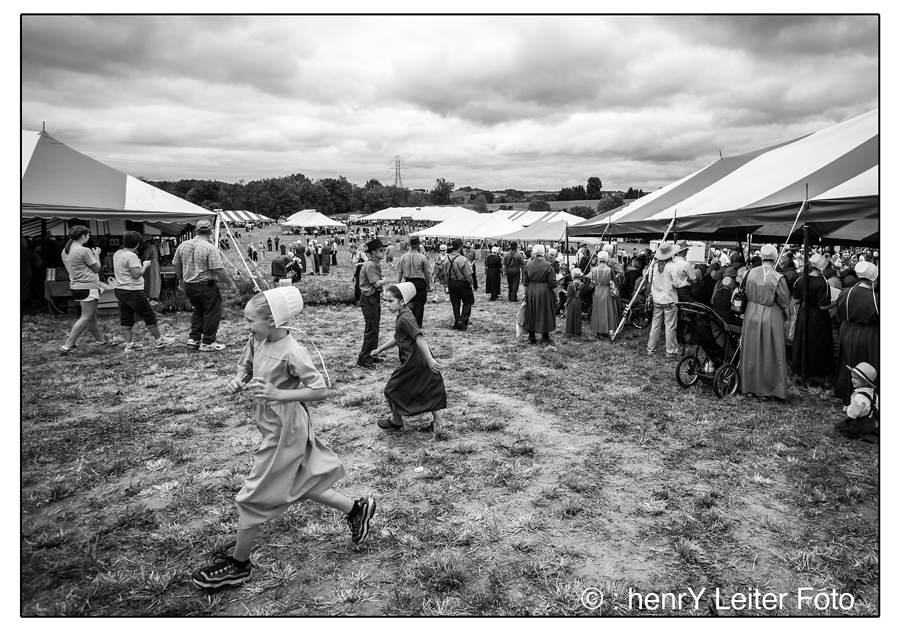 Children running to the food at The Hershberger's Family Farm Field Day. | © : henrY Leiter Foto