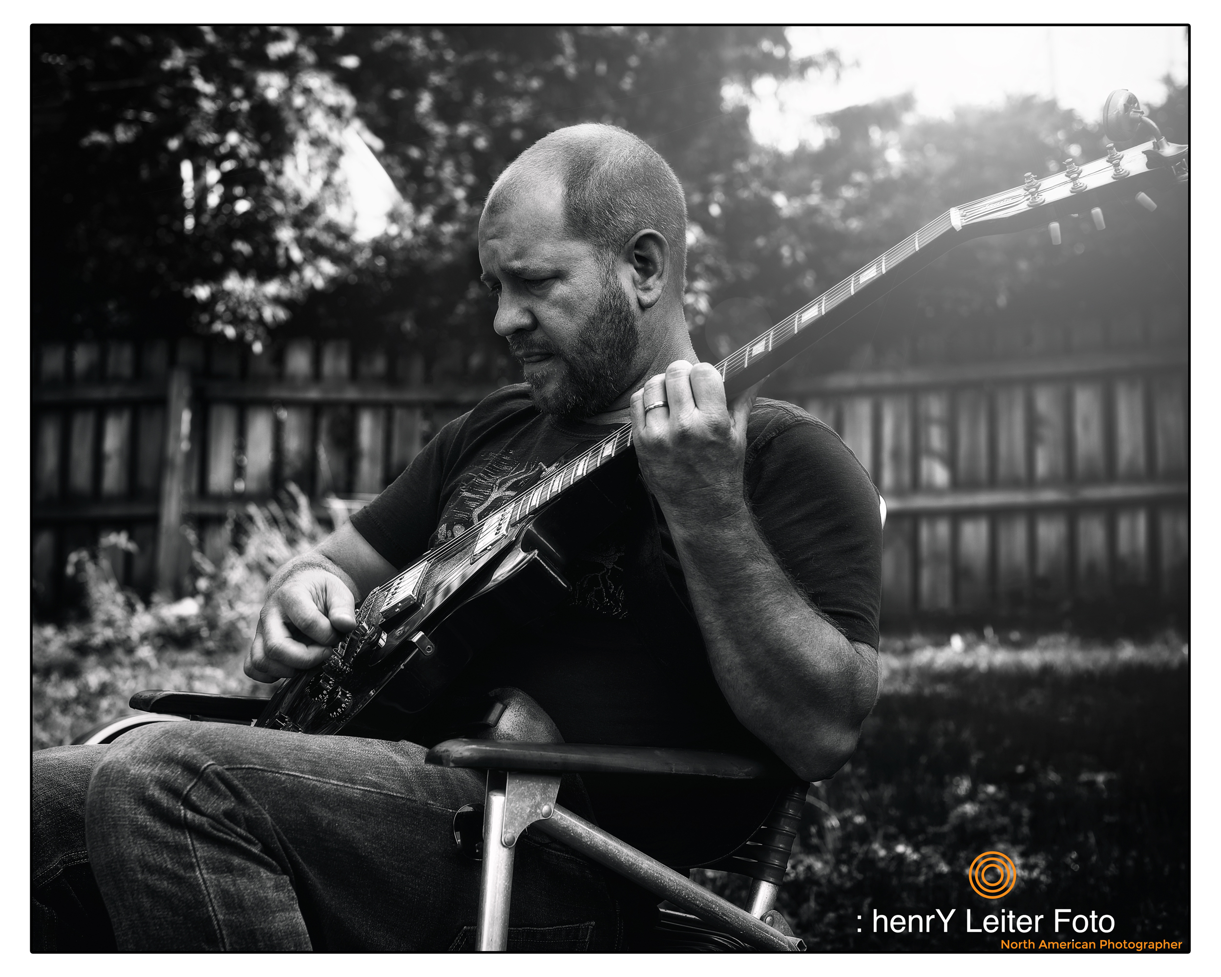 Portrait of the musician and artist Joe Tokarsky by photographer henrY Leiter