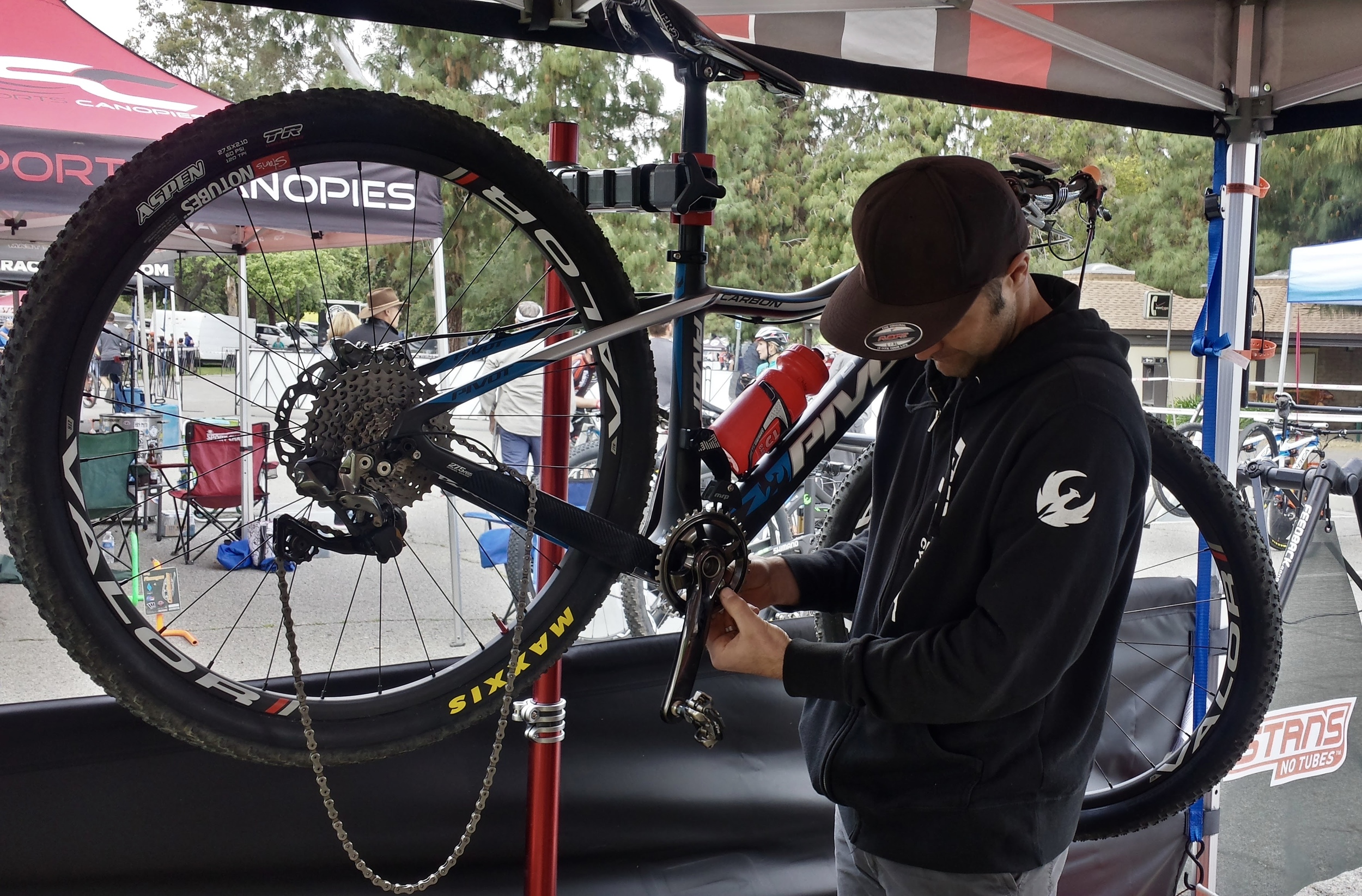 TJ setting up the Pivot Les 27.5 for short track racing by adding some 'teeth' to the setup for the fast track. The Shimano XTR DI2 drivetrain lives up to the hype.