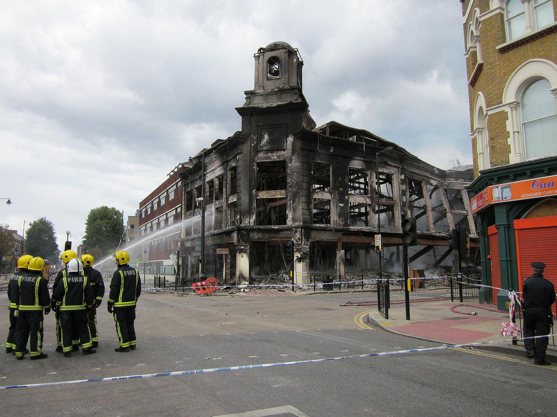 firef_carpetright_store_after_tottenham_riots_1500w.jpg