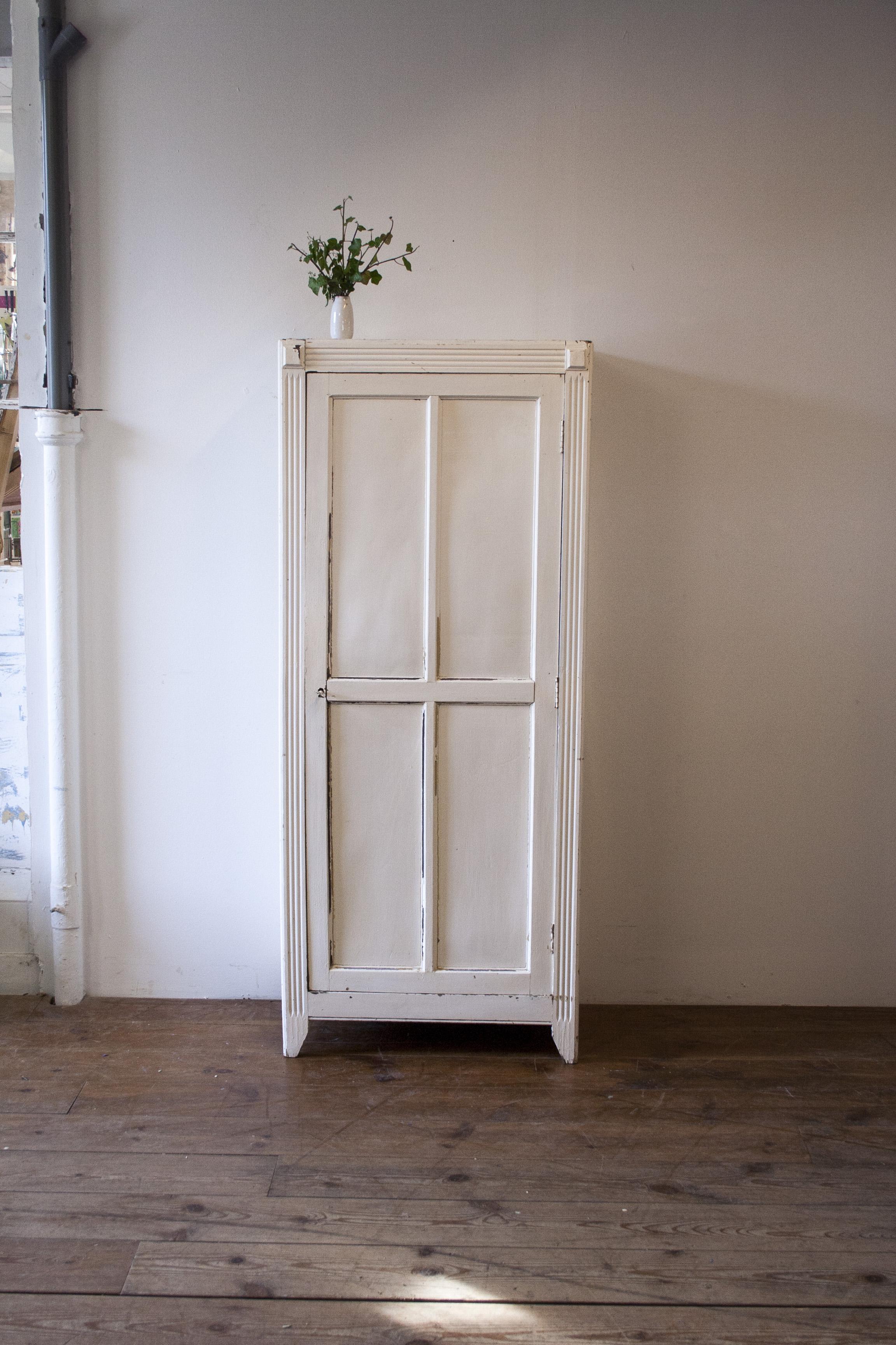 Wit vintage kledingkastje 1.jpg