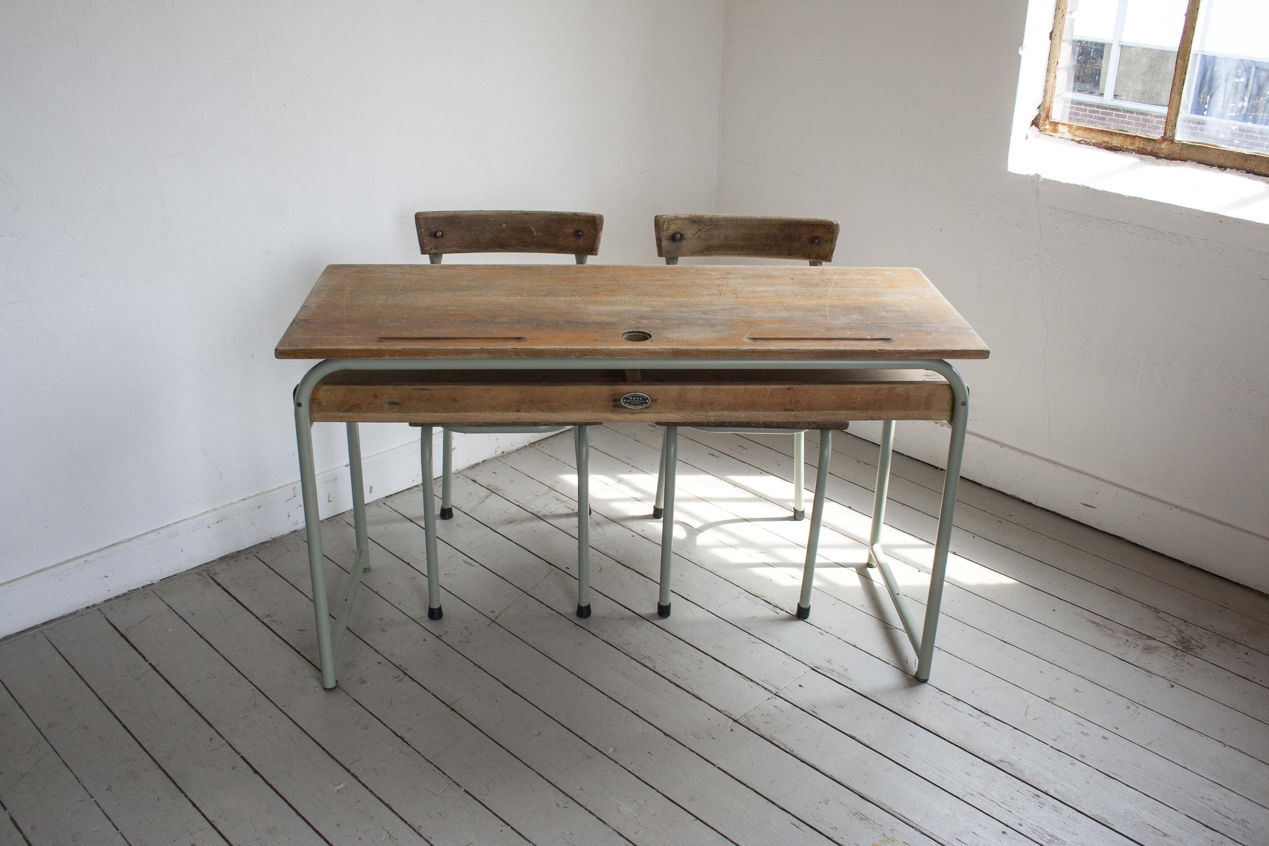 Schooltafel met schoolstoelen grijsgroen frame_2.jpg