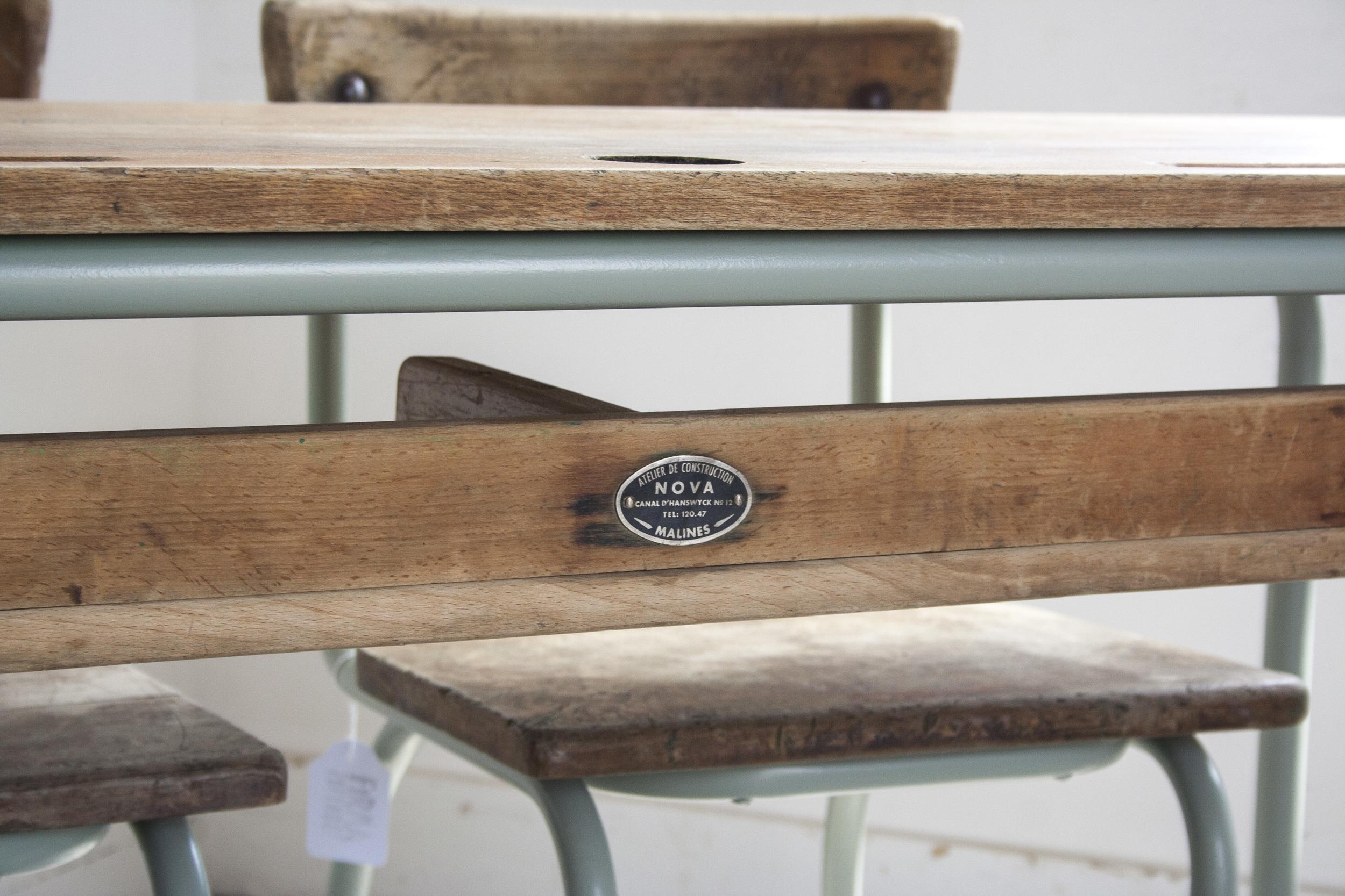 Schooltafel met schoolstoelen grijsgroen frame_3.jpg