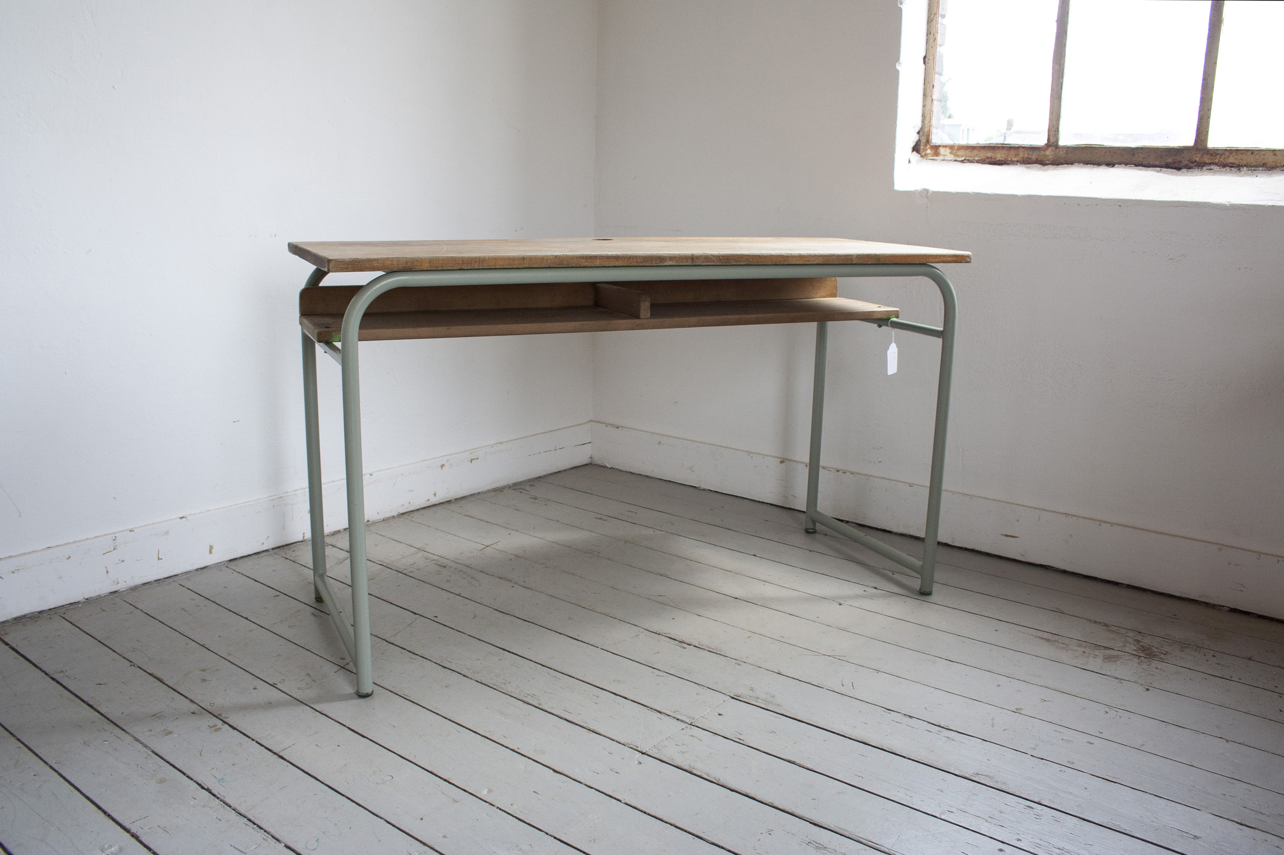 Schooltafel met schoolstoelen grijsgroen frame_5.jpg
