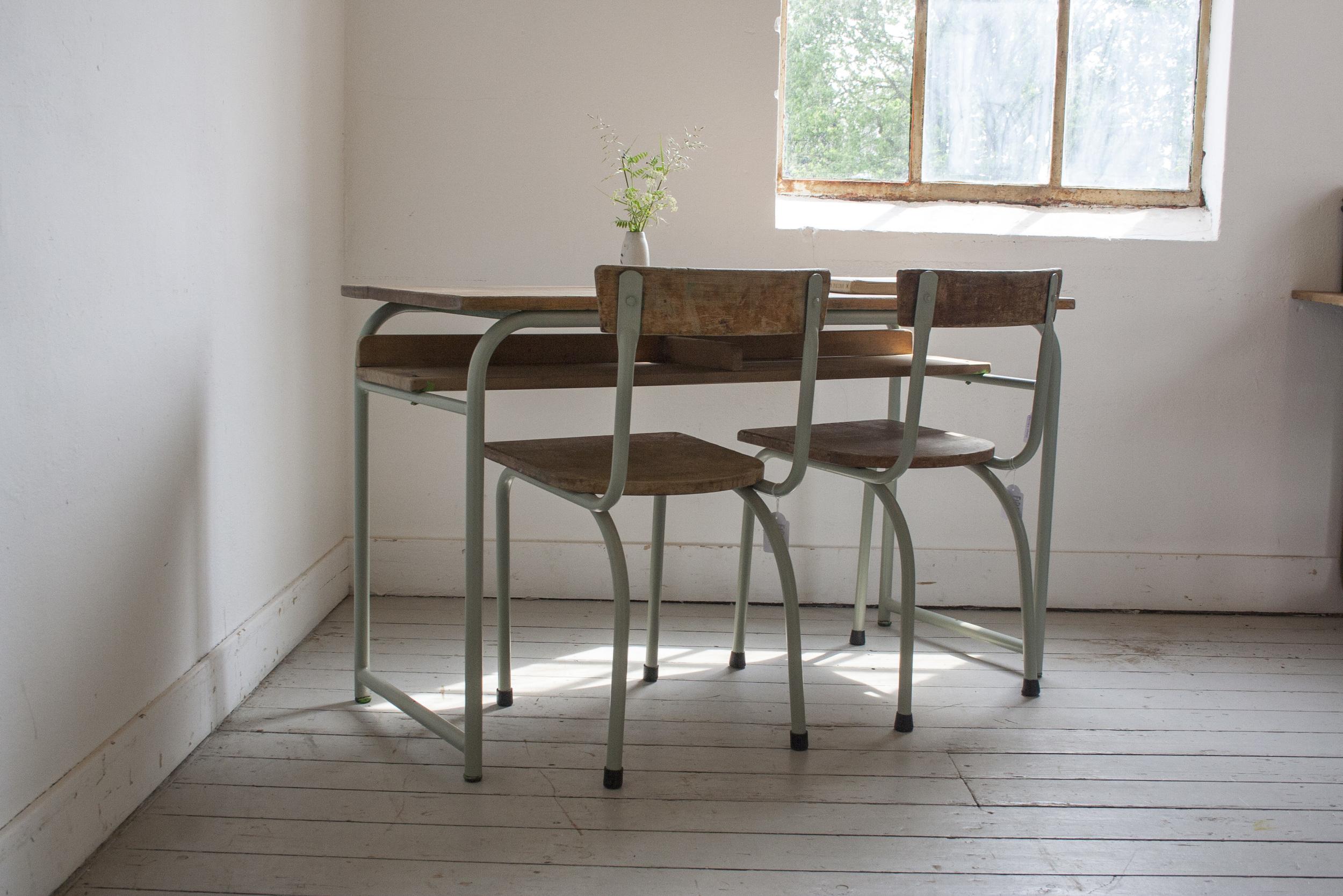 Schooltafel met schoolstoelen grijsgroen frame.jpg