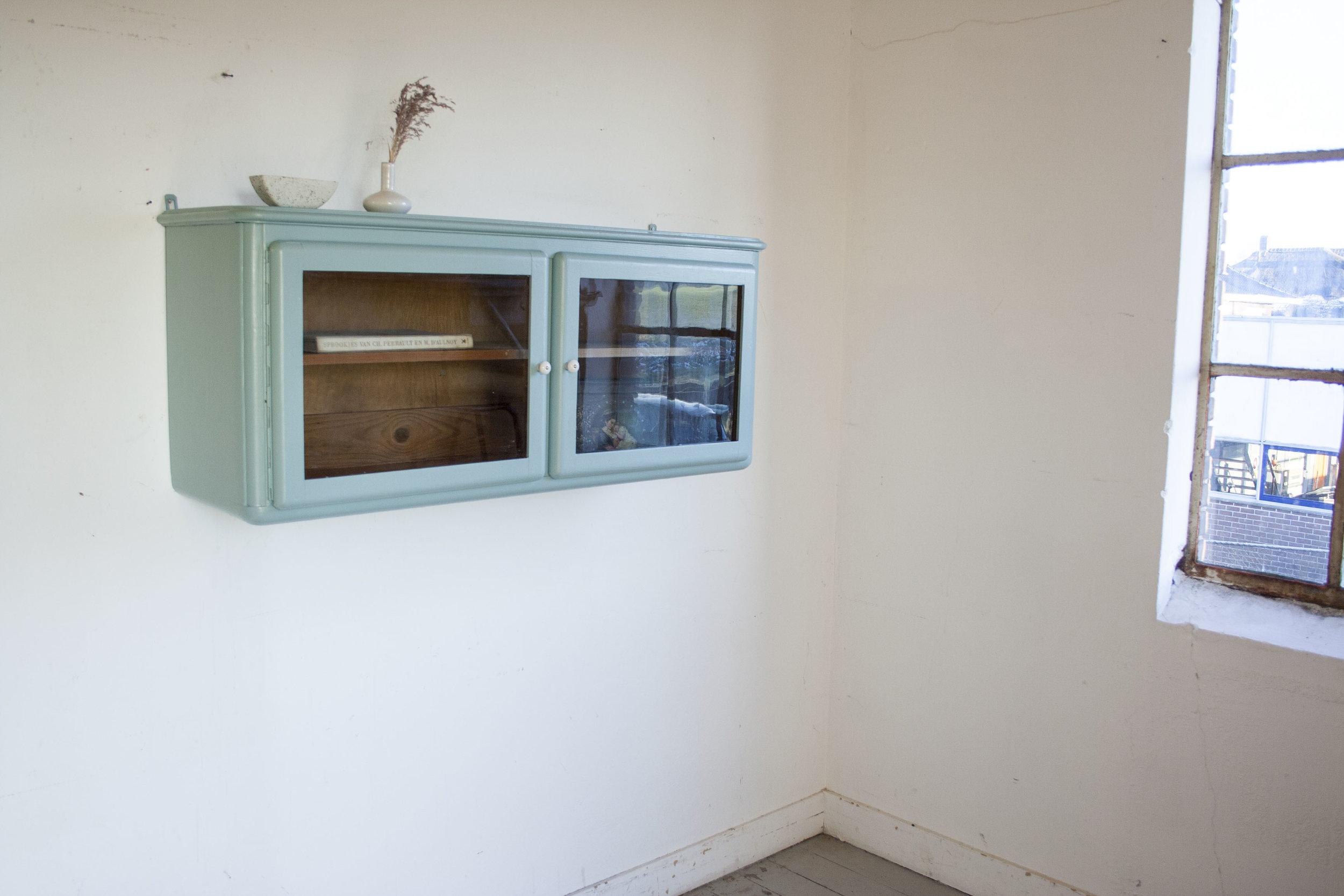 Blauwgroen hangkastje.jpg