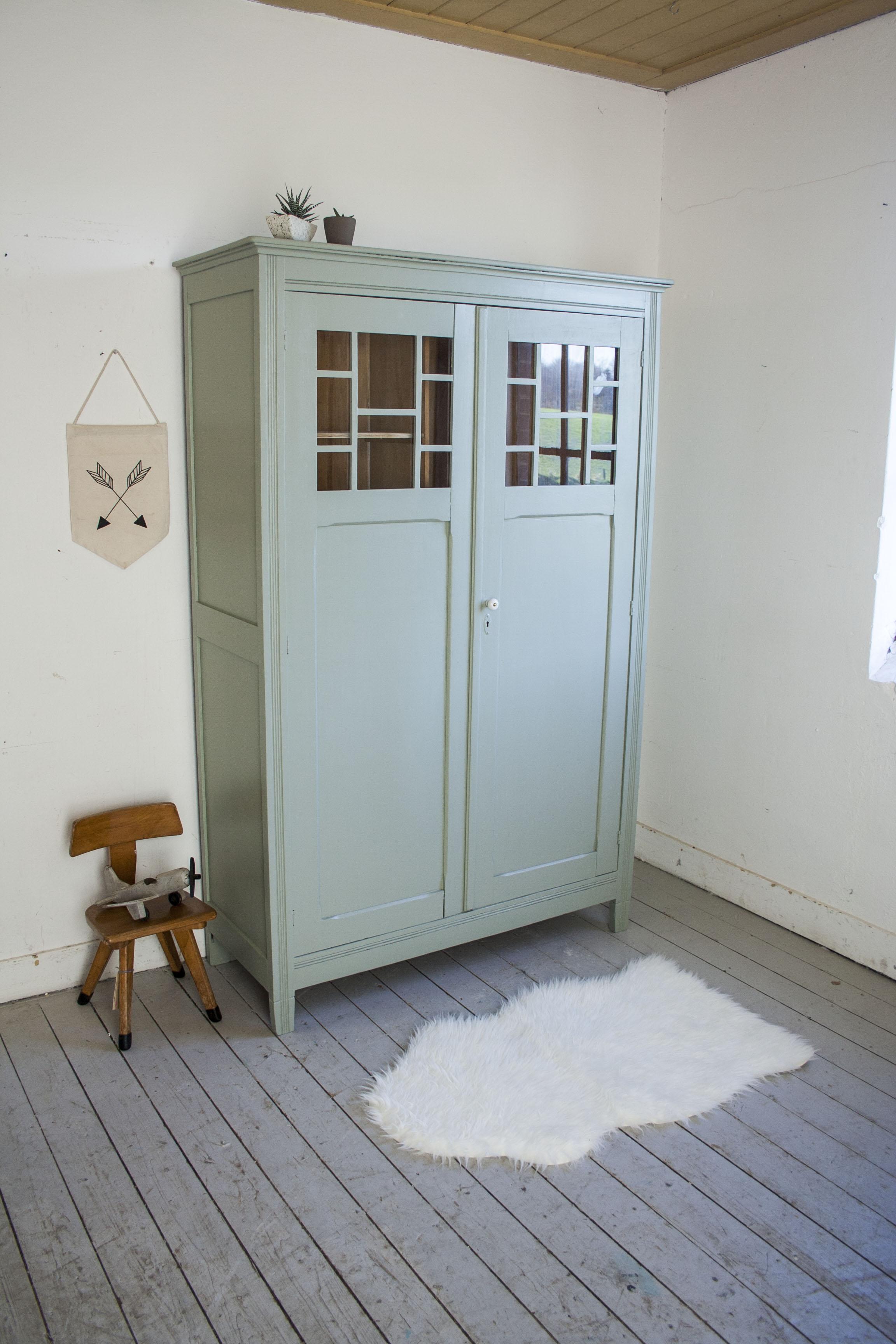 Grijsgroene kledingkast met ruitjes - Firma Zoethout.jpg