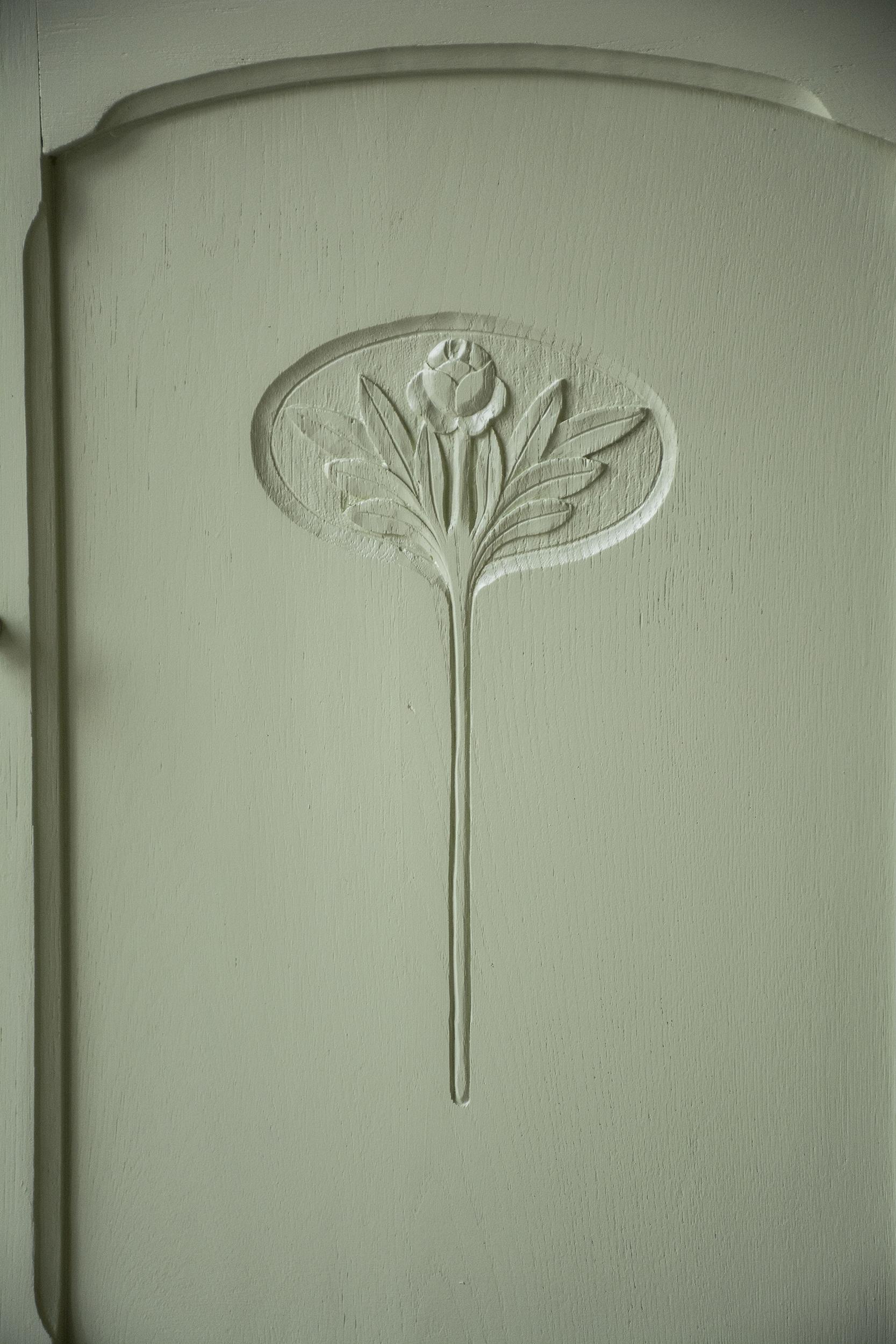 Frisgroene vintage commode met houtsnijwerk - Firma Zoethout_4.jpg