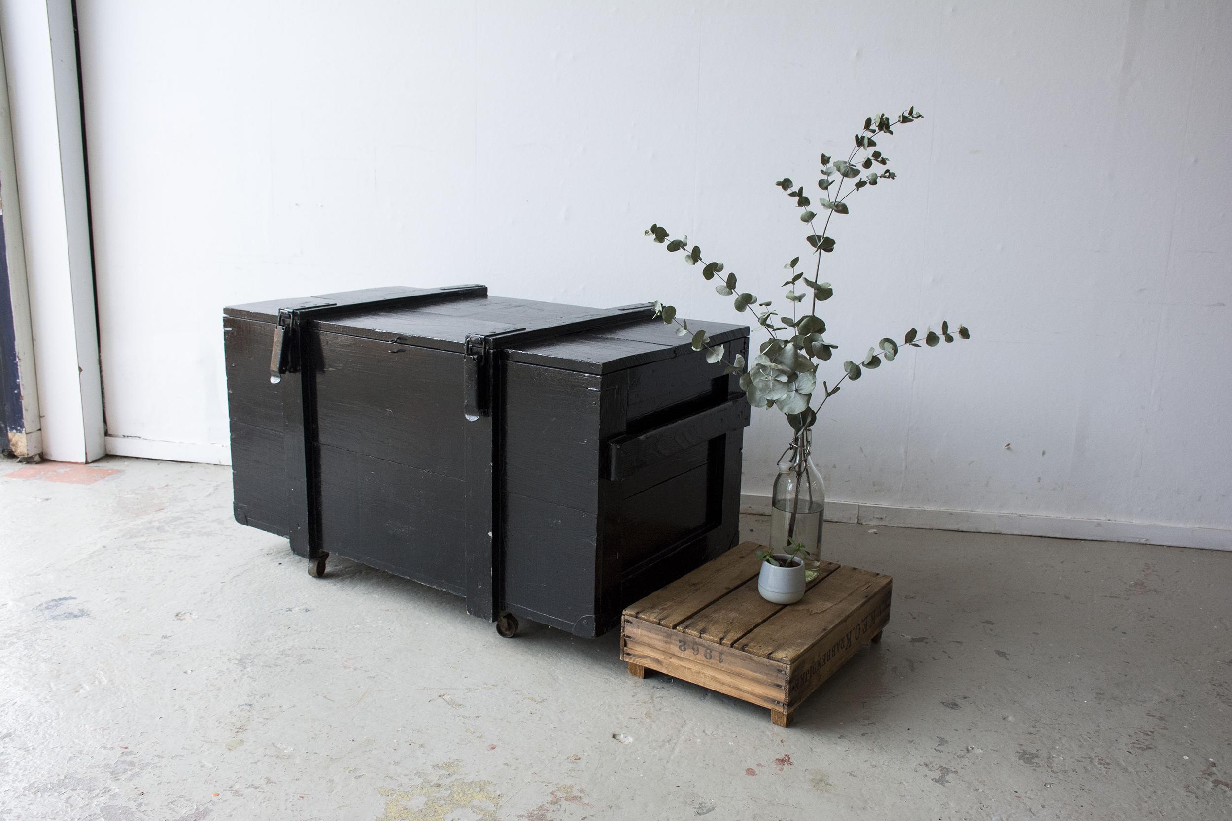 Grote zwarte vintage kist op wieltjes - Firma zoethout_1.jpg