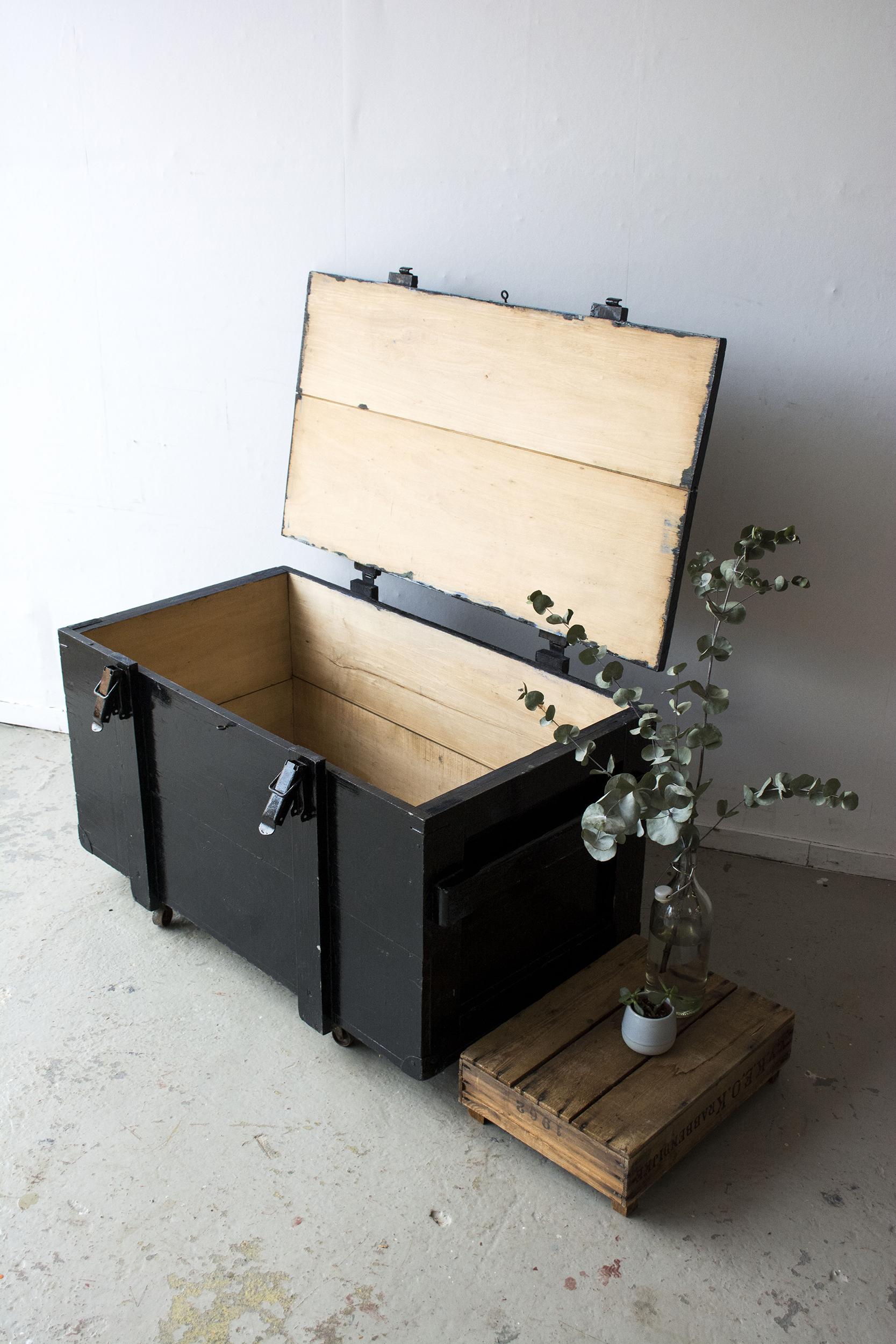Grote zwarte vintage kist op wieltjes - Firma zoethout_4.jpg