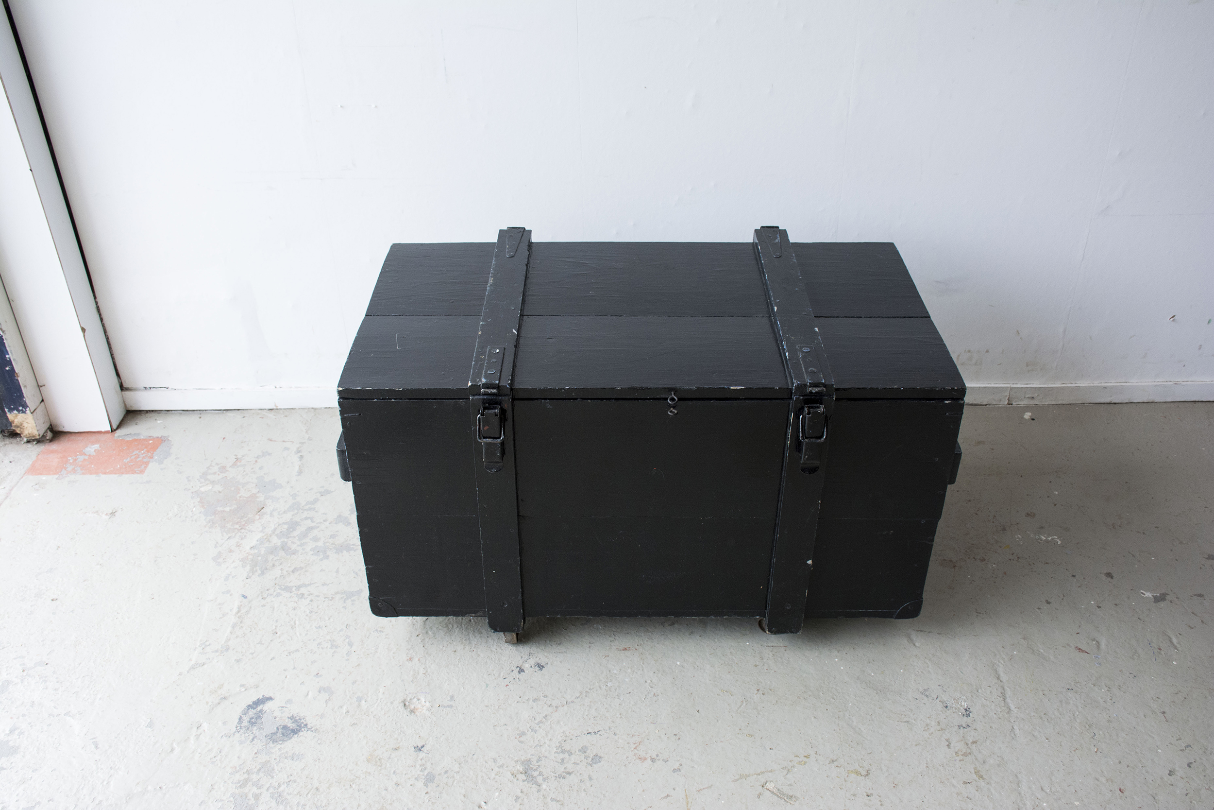 Grote zwarte vintage kist op wieltjes - Firma zoethout_6.jpg