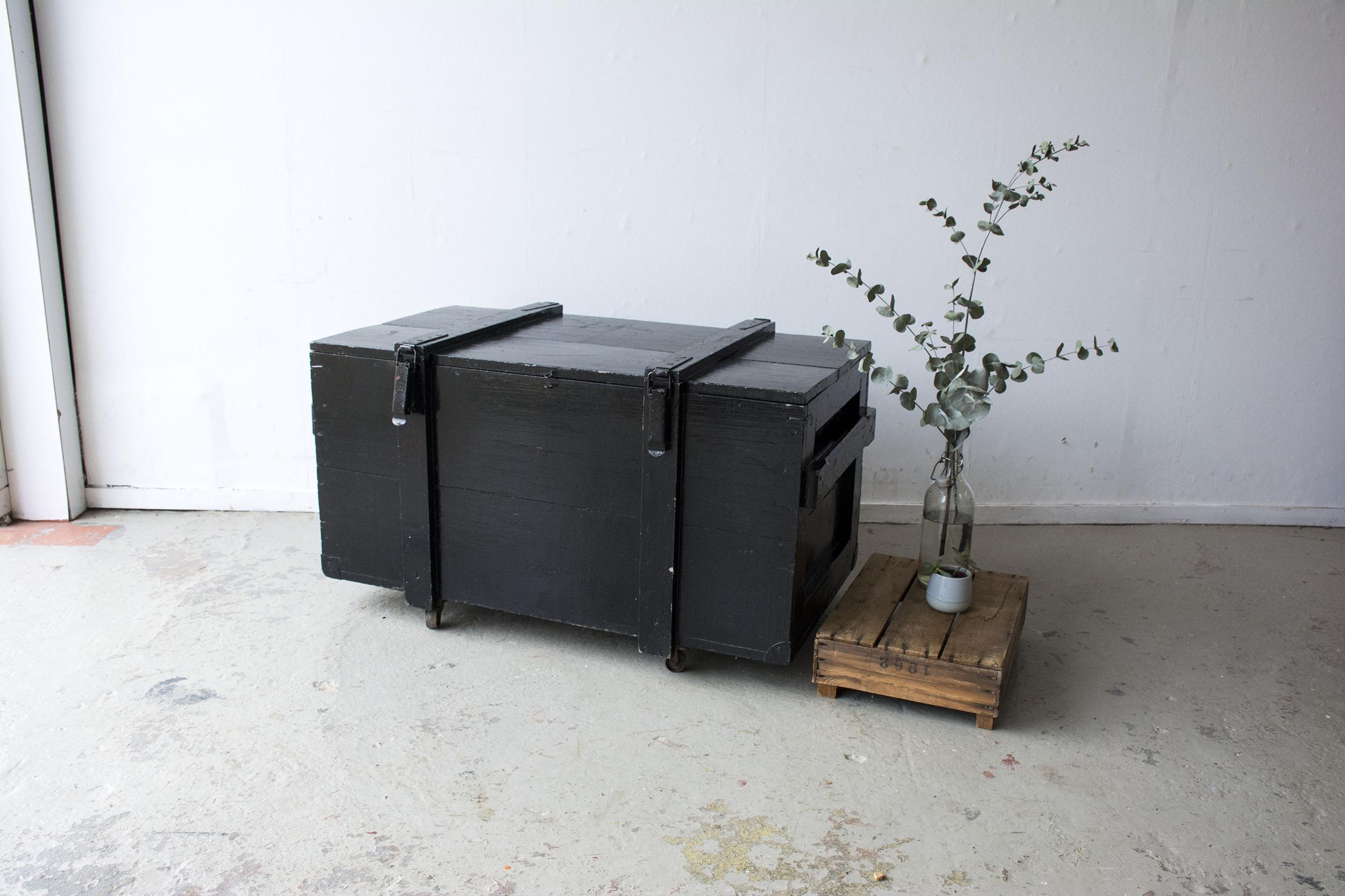 Grote zwarte vintage kist op wieltjes - Firma zoethout.jpg