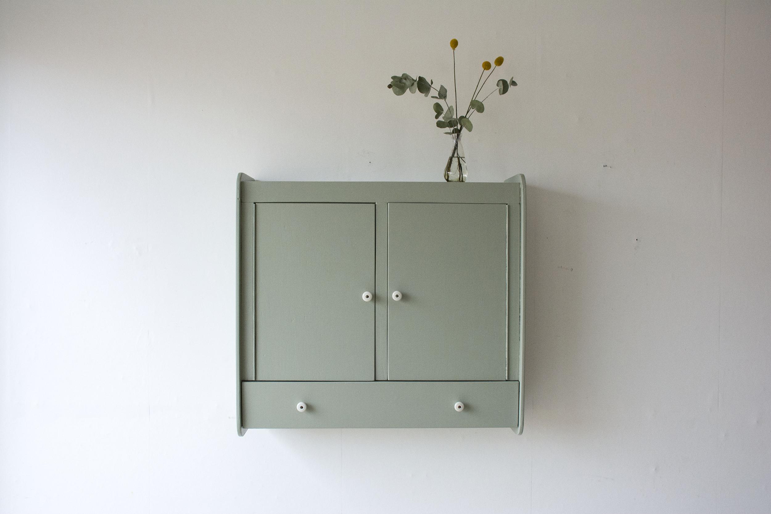 tijmgroen wandkastje met deurtjes en klepla - Firma zoethout_1.jpg