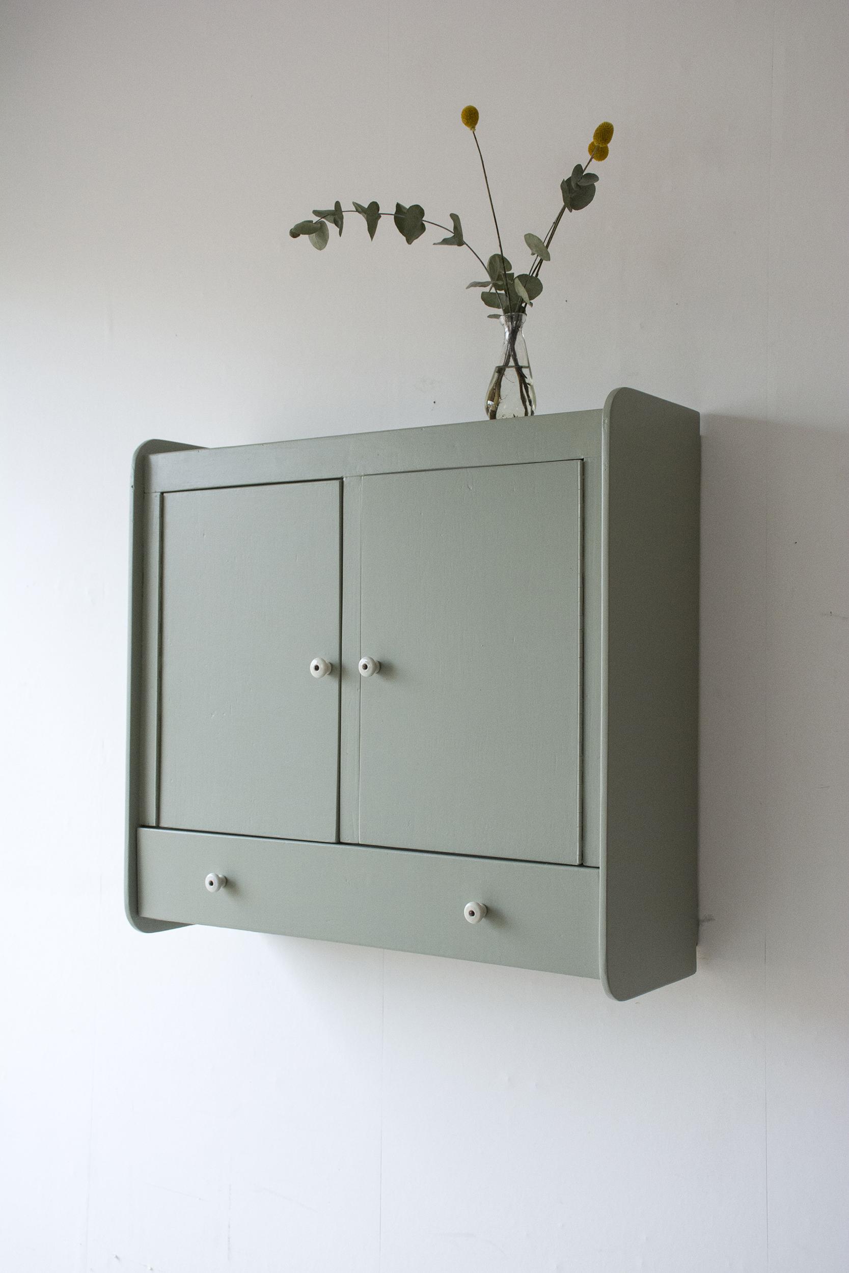 tijmgroen wandkastje met deurtjes en klepla - Firma zoethout_2.jpg