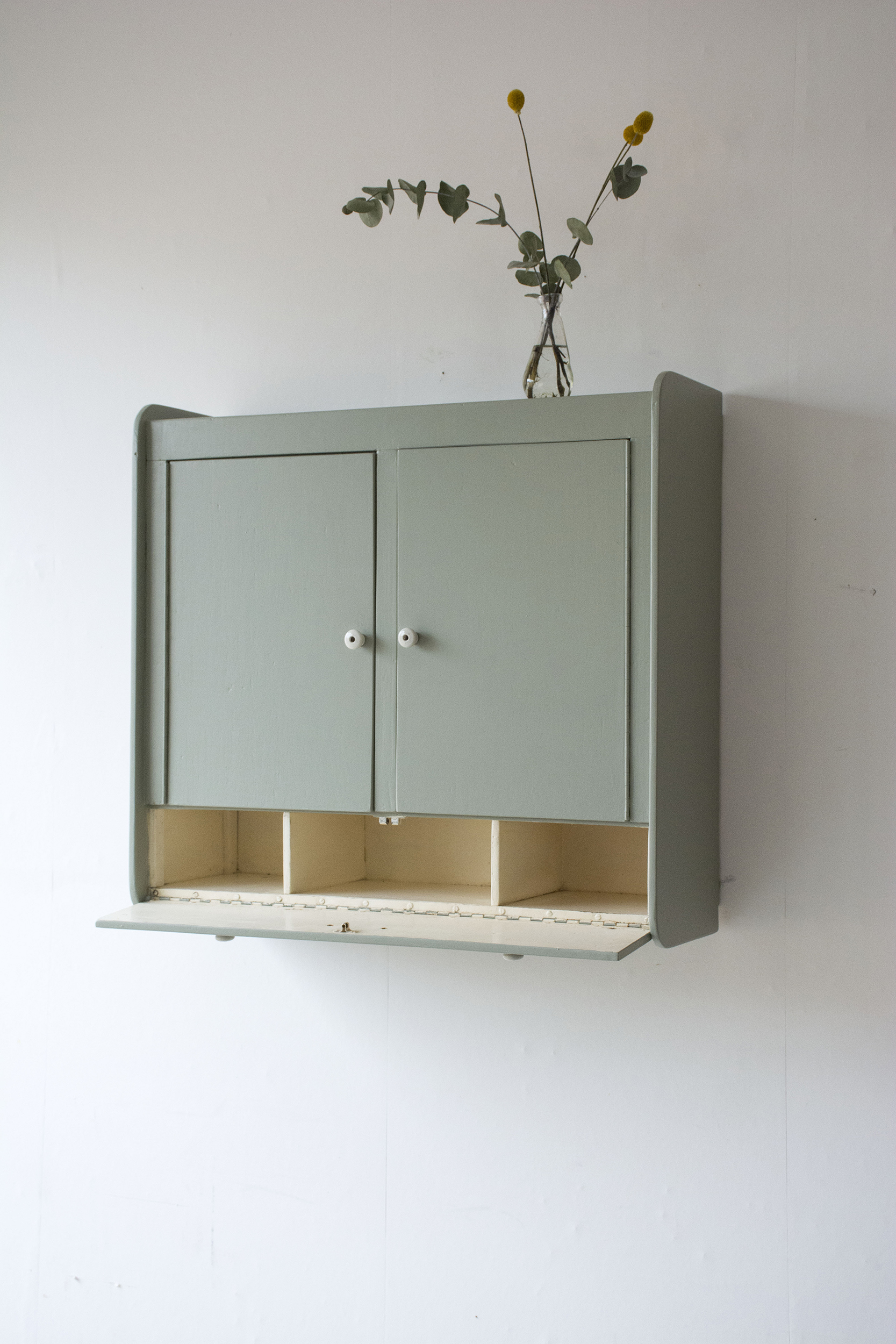 tijmgroen wandkastje met deurtjes en klepla - Firma zoethout_3.jpg