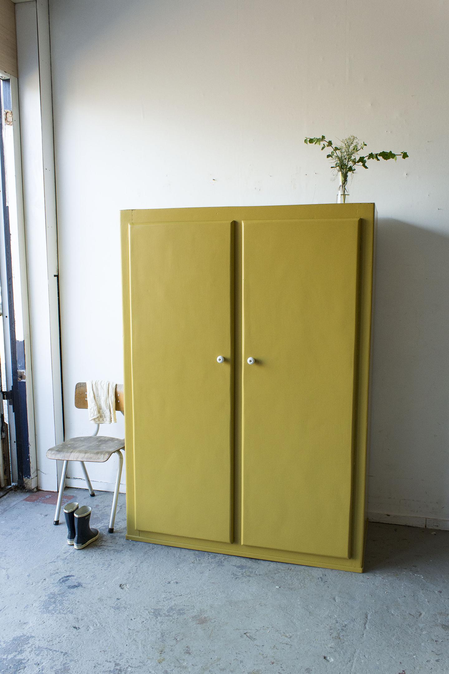 Okergele kledingkast met twee deuren -  Firma zoethout_1.jpg
