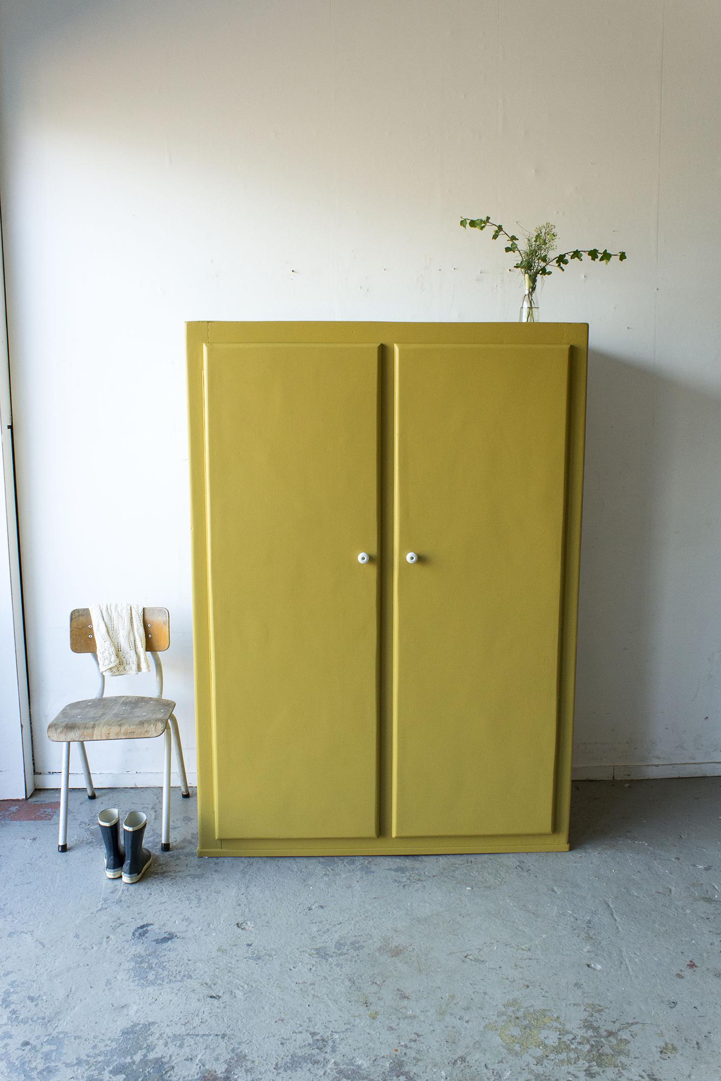 Okergele kledingkast met twee deuren -  Firma zoethout.jpg
