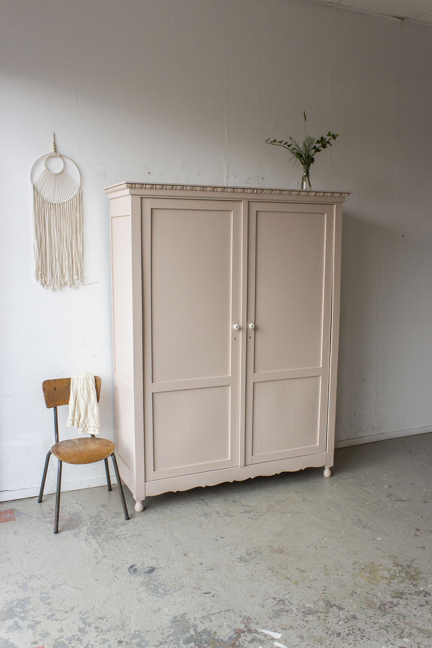 Zachtroze vintage kledingkast -  Firma zoethout.jpg