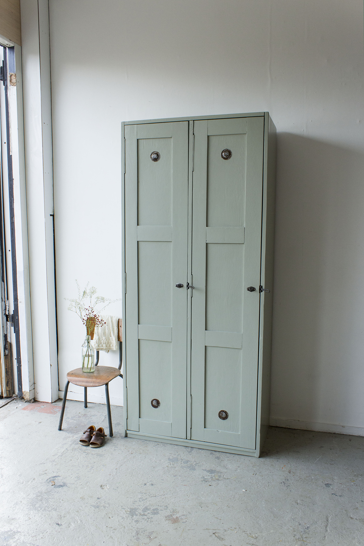 Grijsgroene houten vintage locker -  Firma zoethout_1.jpg