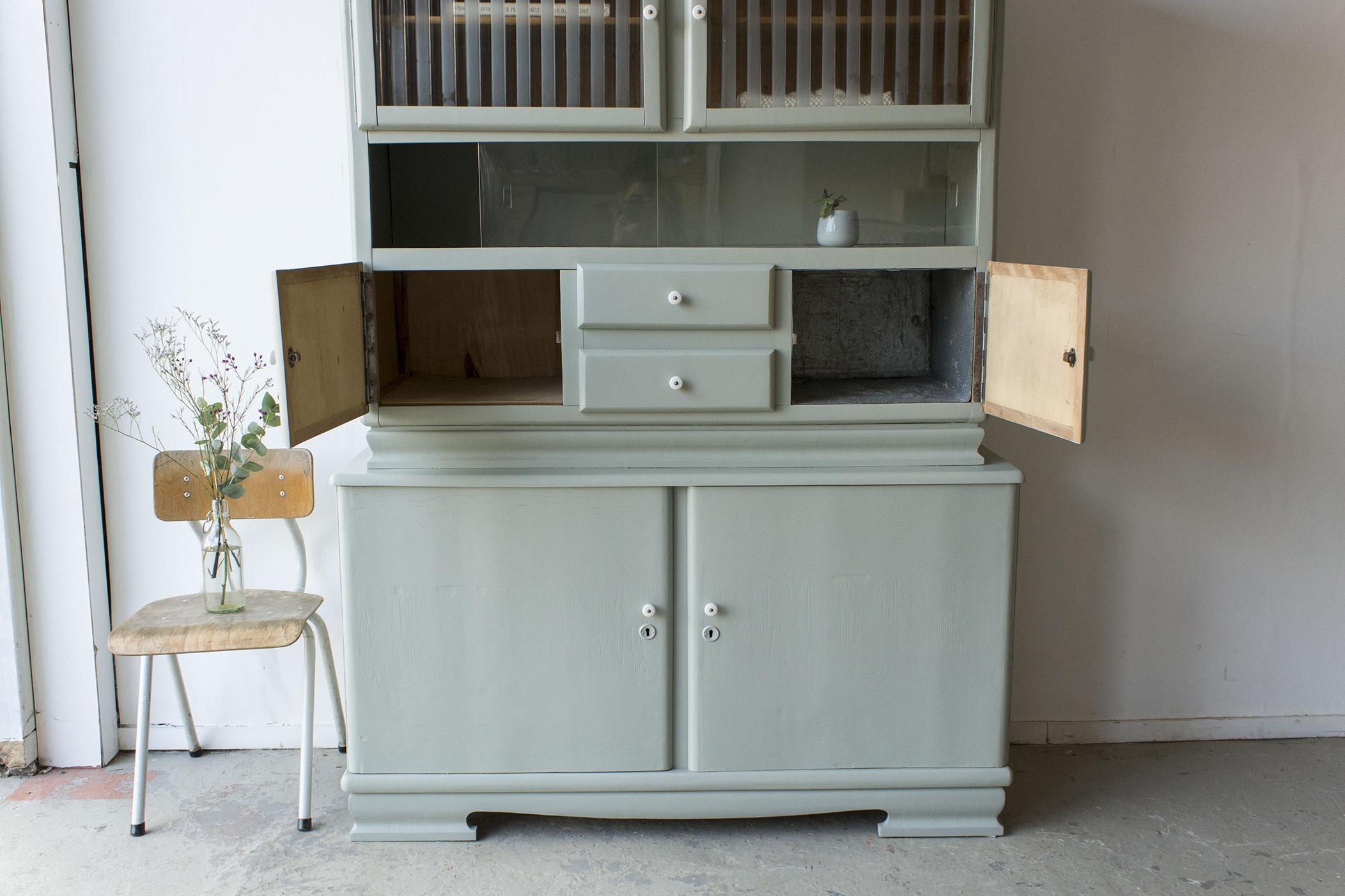 _Grijsgroene vintage keukenkast met ruitjes -  Firma zoethout_3.jpg