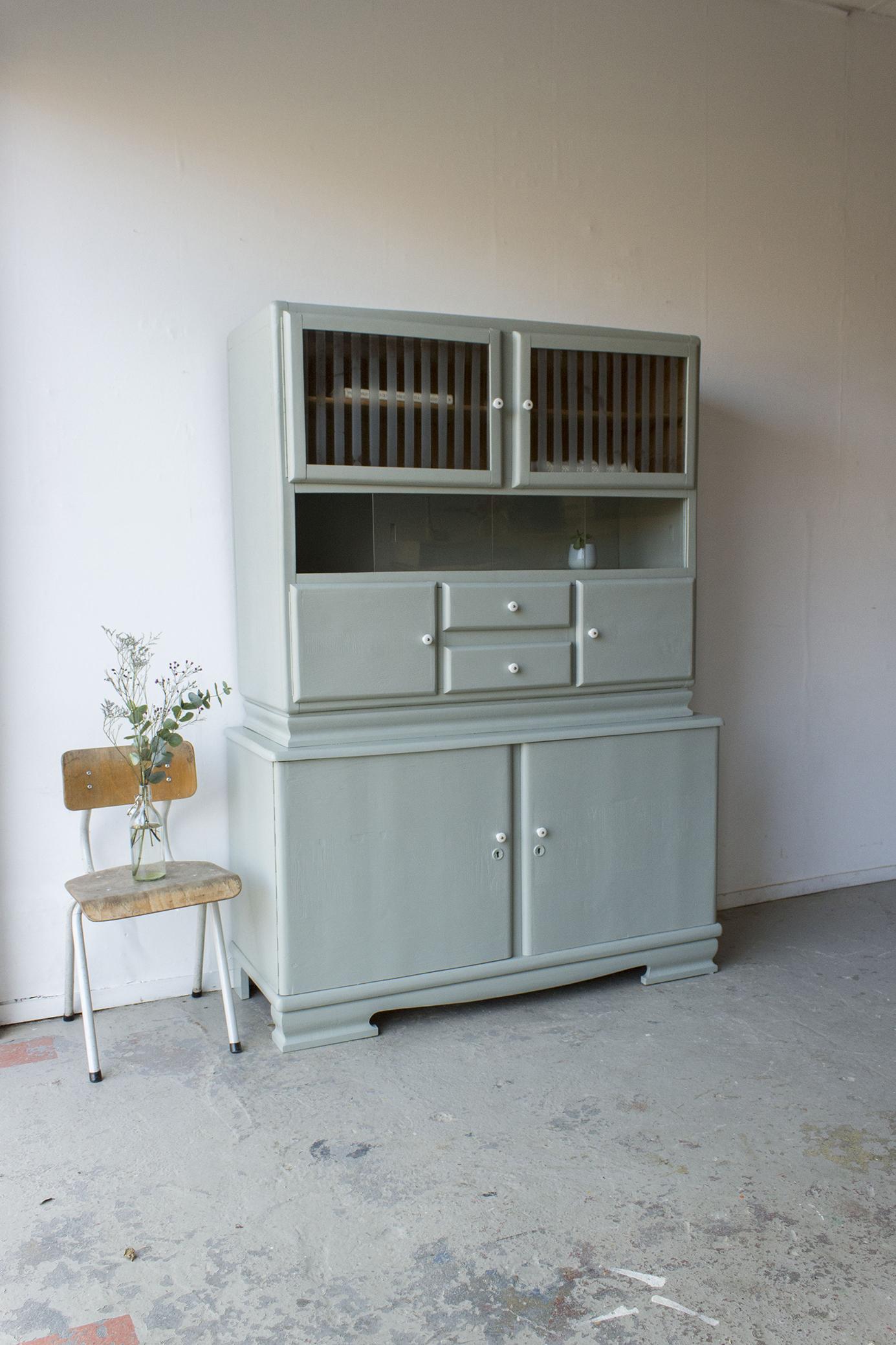 _Grijsgroene vintage keukenkast met ruitjes -  Firma zoethout_5.jpg