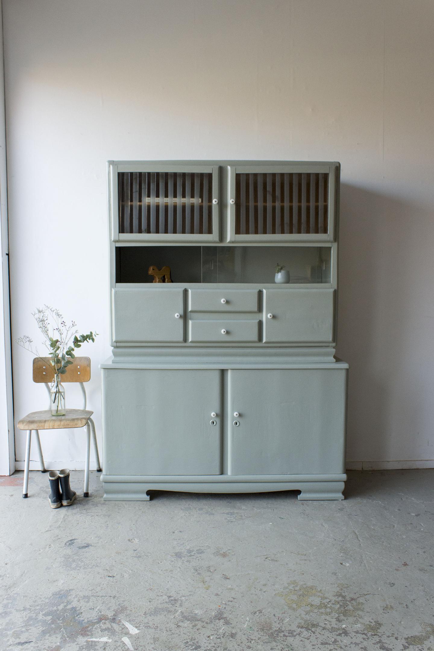 _Grijsgroene vintage keukenkast met ruitjes -  Firma zoethout.jpg