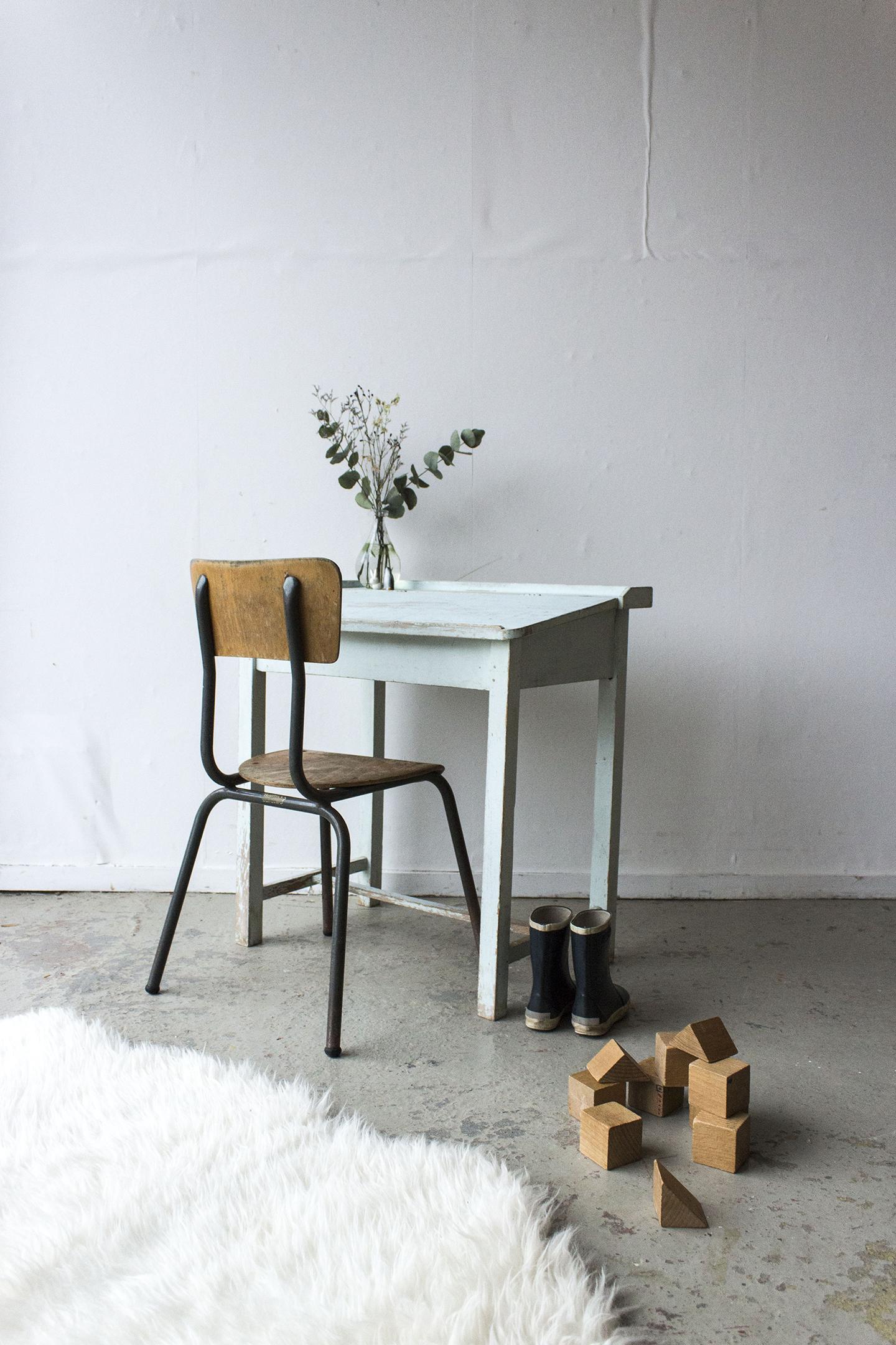 3162 - Lichtblauw vintage kleutertafeltje - Firma zoethout.jpg