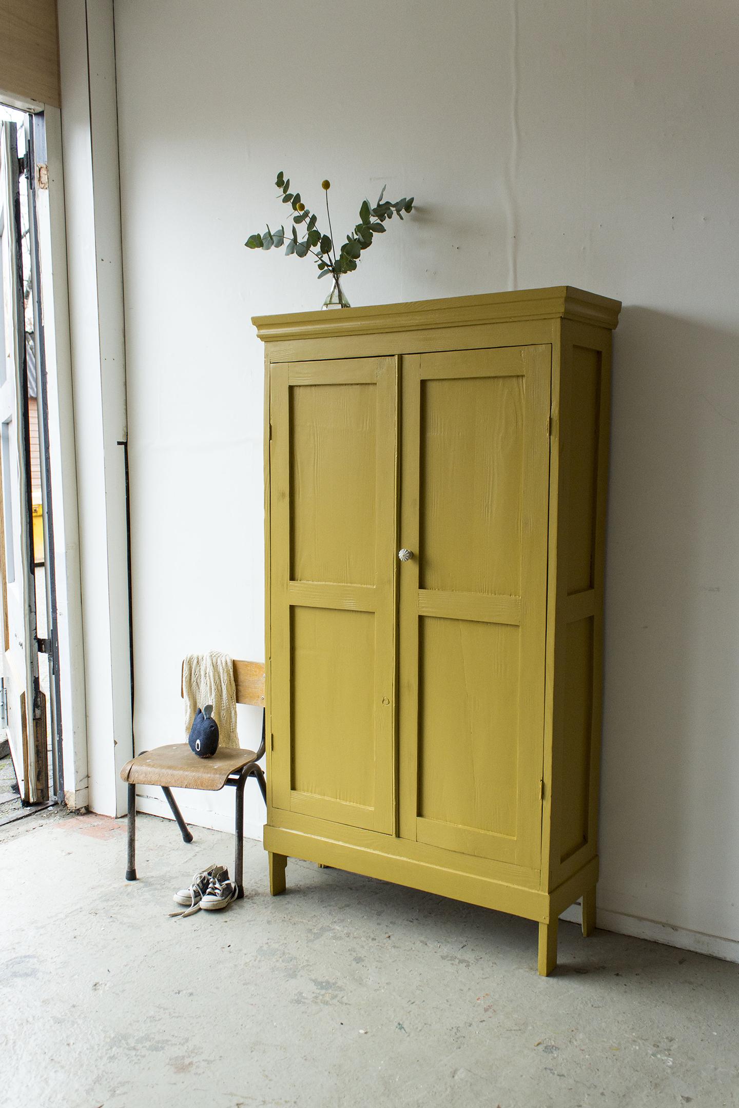 1446 - okergeel klein kledingkastje - Firma zoethout.jpg