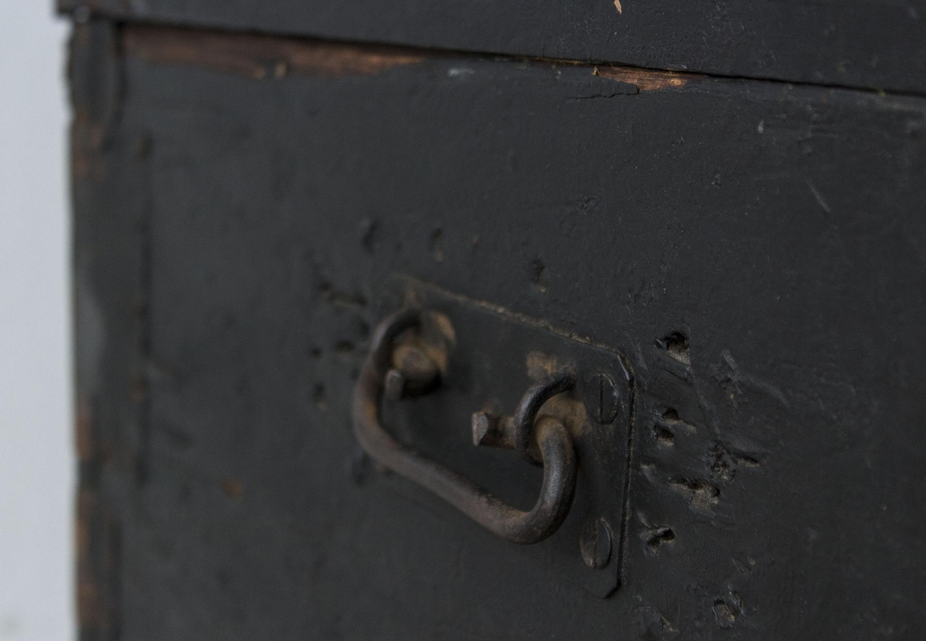5044 - Zwarte vintage kist met bolle deksel - Firma zoethout_2.jpg