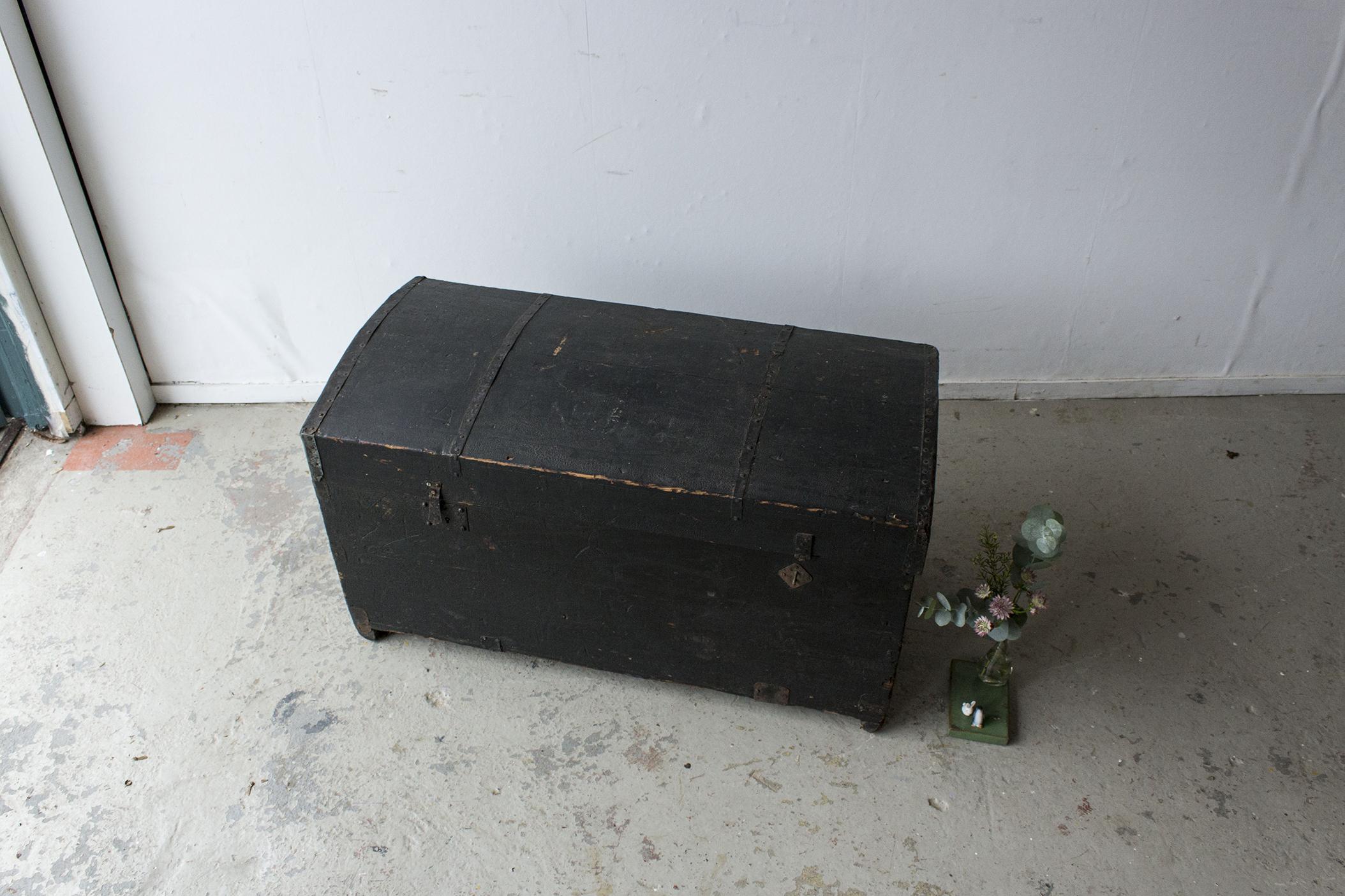 5044 - Zwarte vintage kist met bolle deksel - Firma zoethout_4.jpg