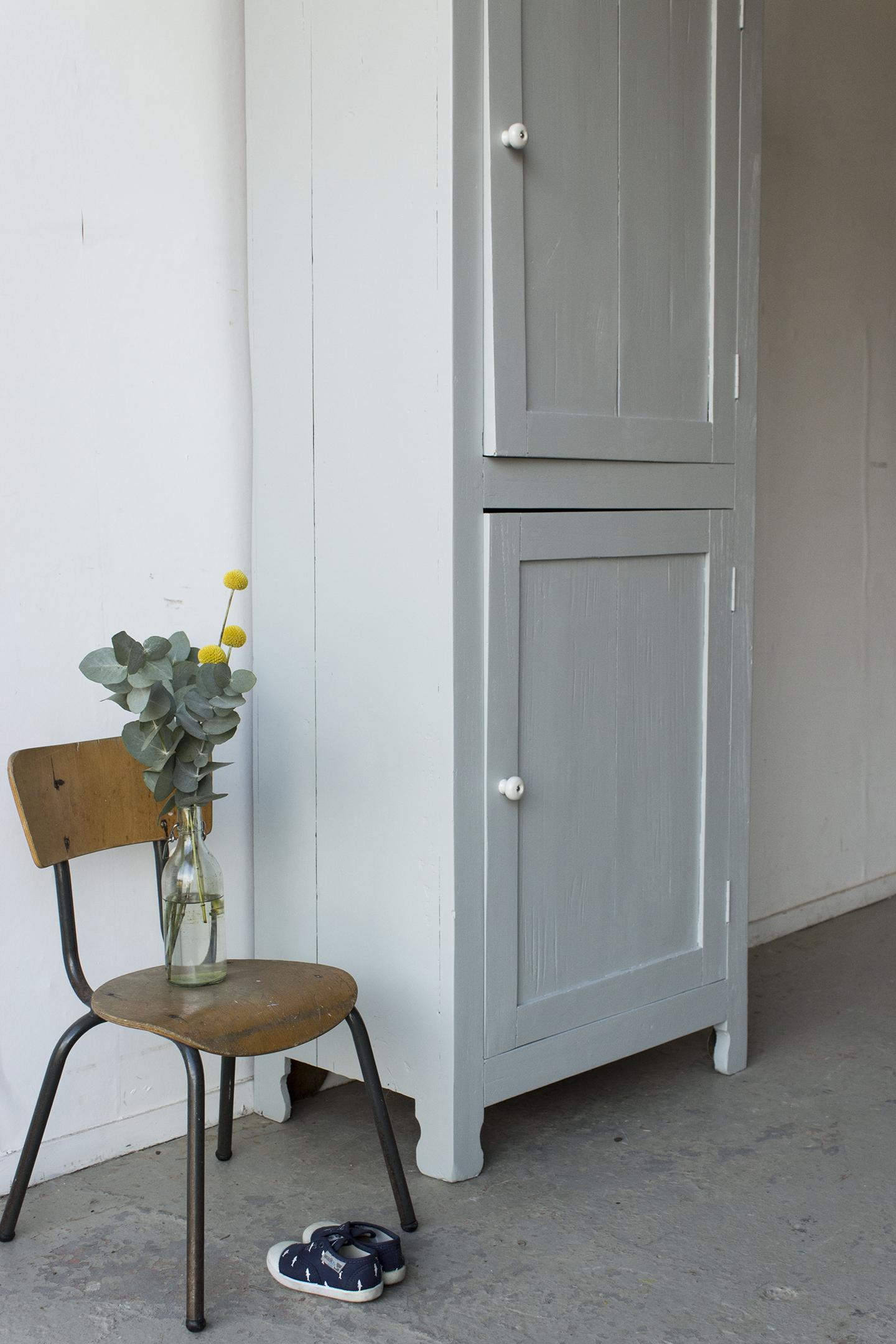 1399 - zachtgrijs vintage kledingkastje - Firma Zoethout_2.jpg