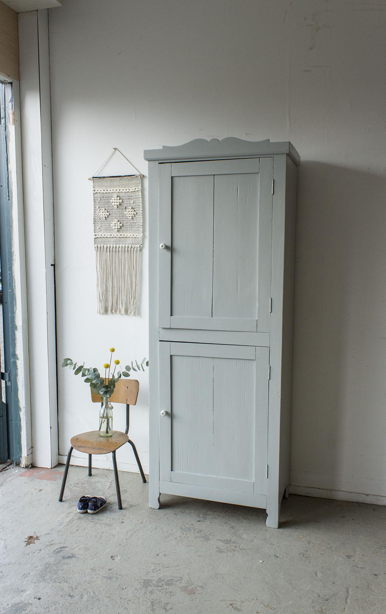 1399 - zachtgrijs vintage kledingkastje - Firma Zoethout.jpg
