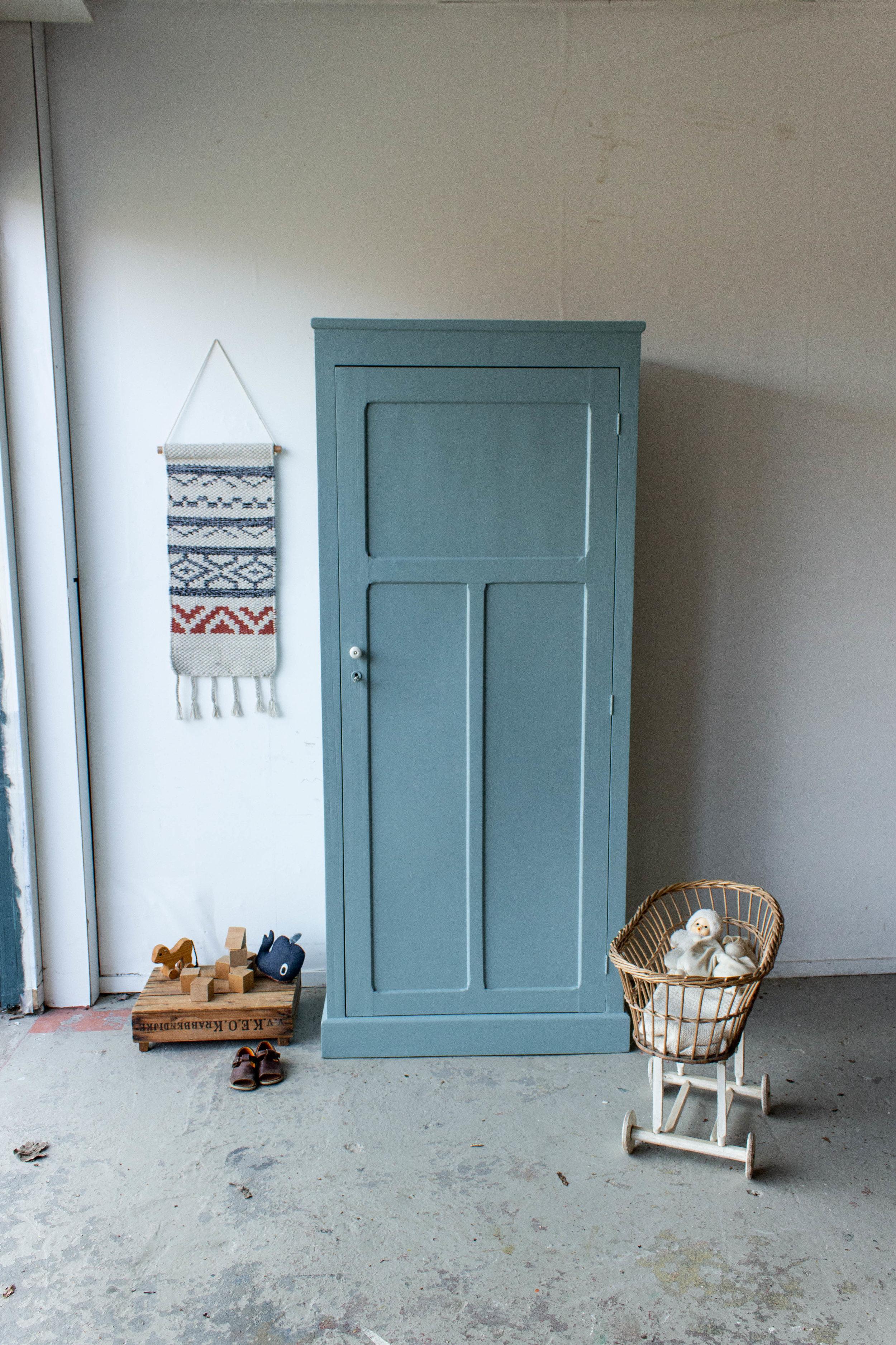 1443 - Grijsblauwe vintage kledingkast.jpg