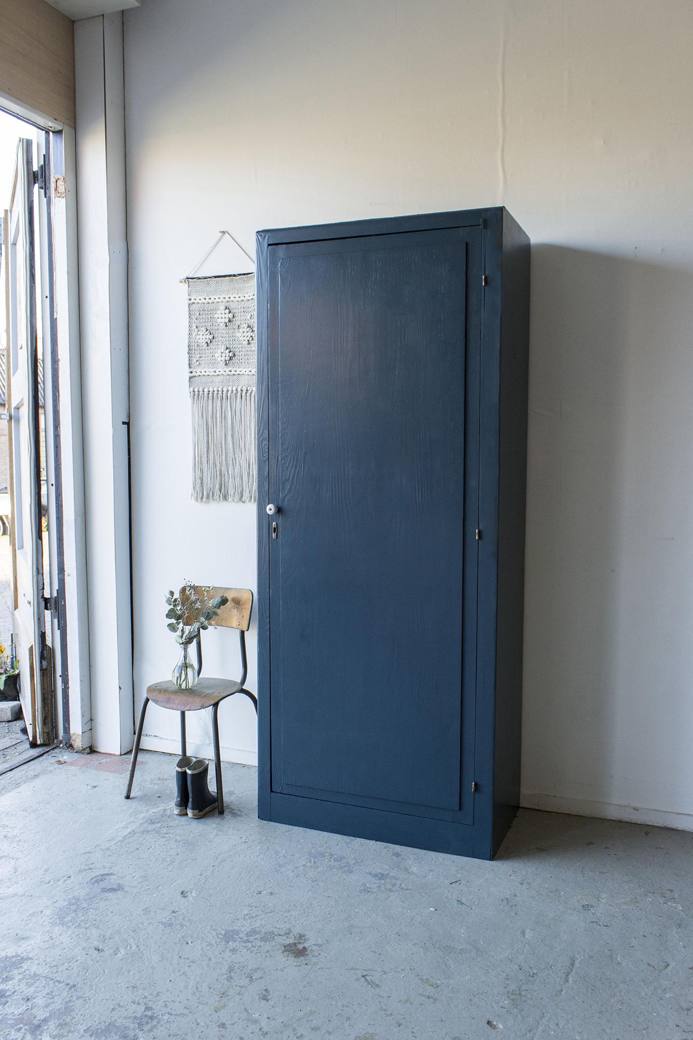 -1420 - donkerblauwe vintage kledingkast - Firma zoethout.jpg