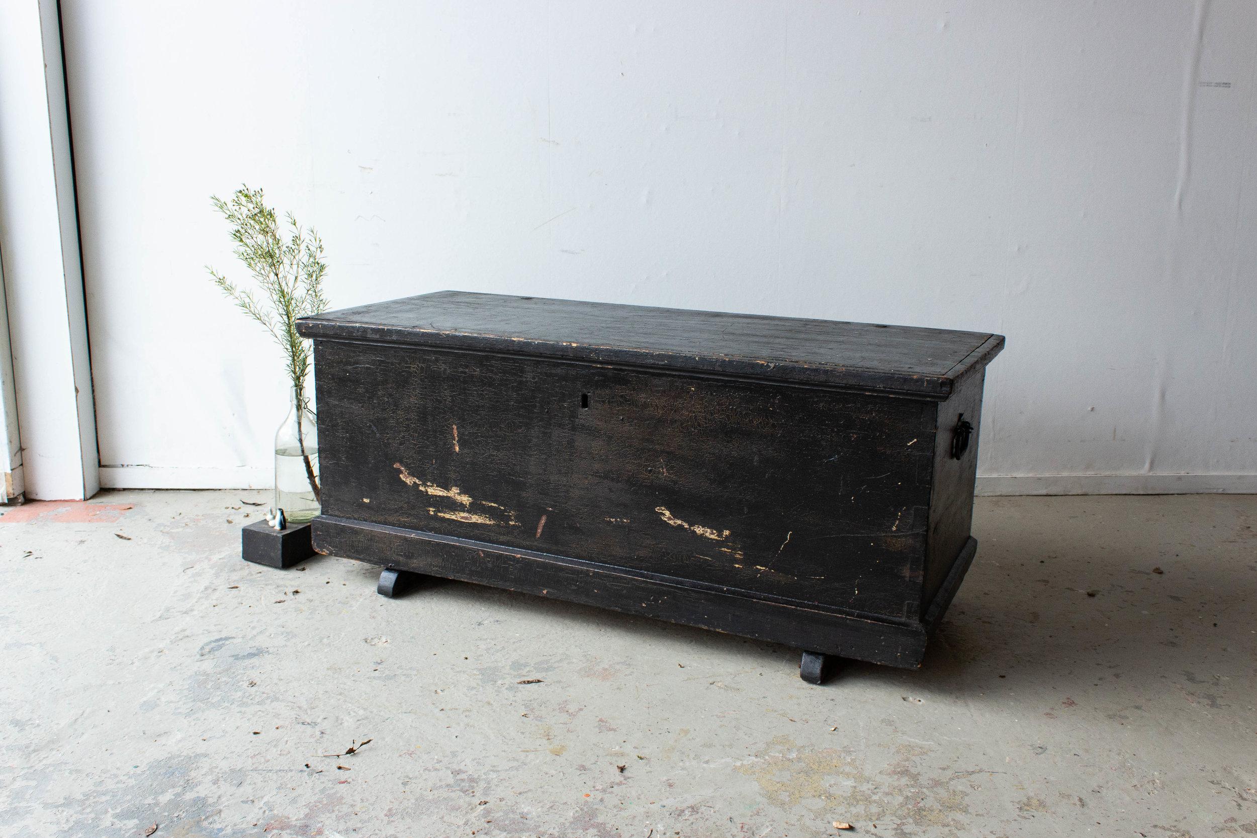 5046 - Zwarte brede kist met afbeelding Marie.jpg