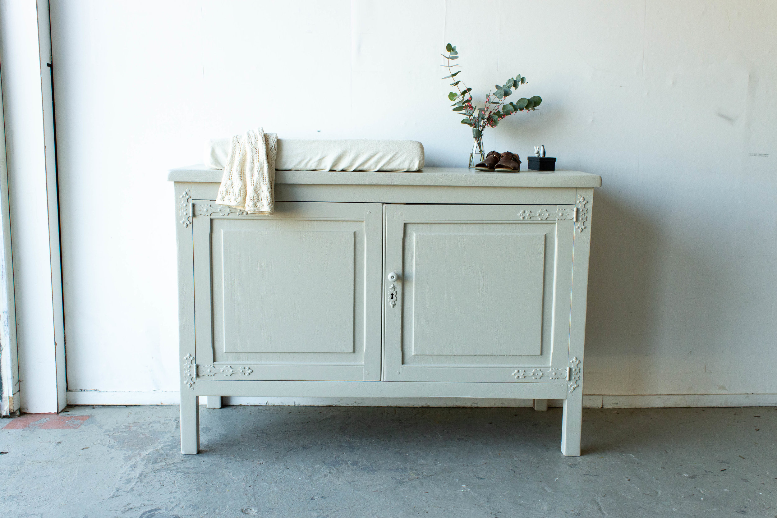 2179 - Brede commode in zachte taupe_.jpg