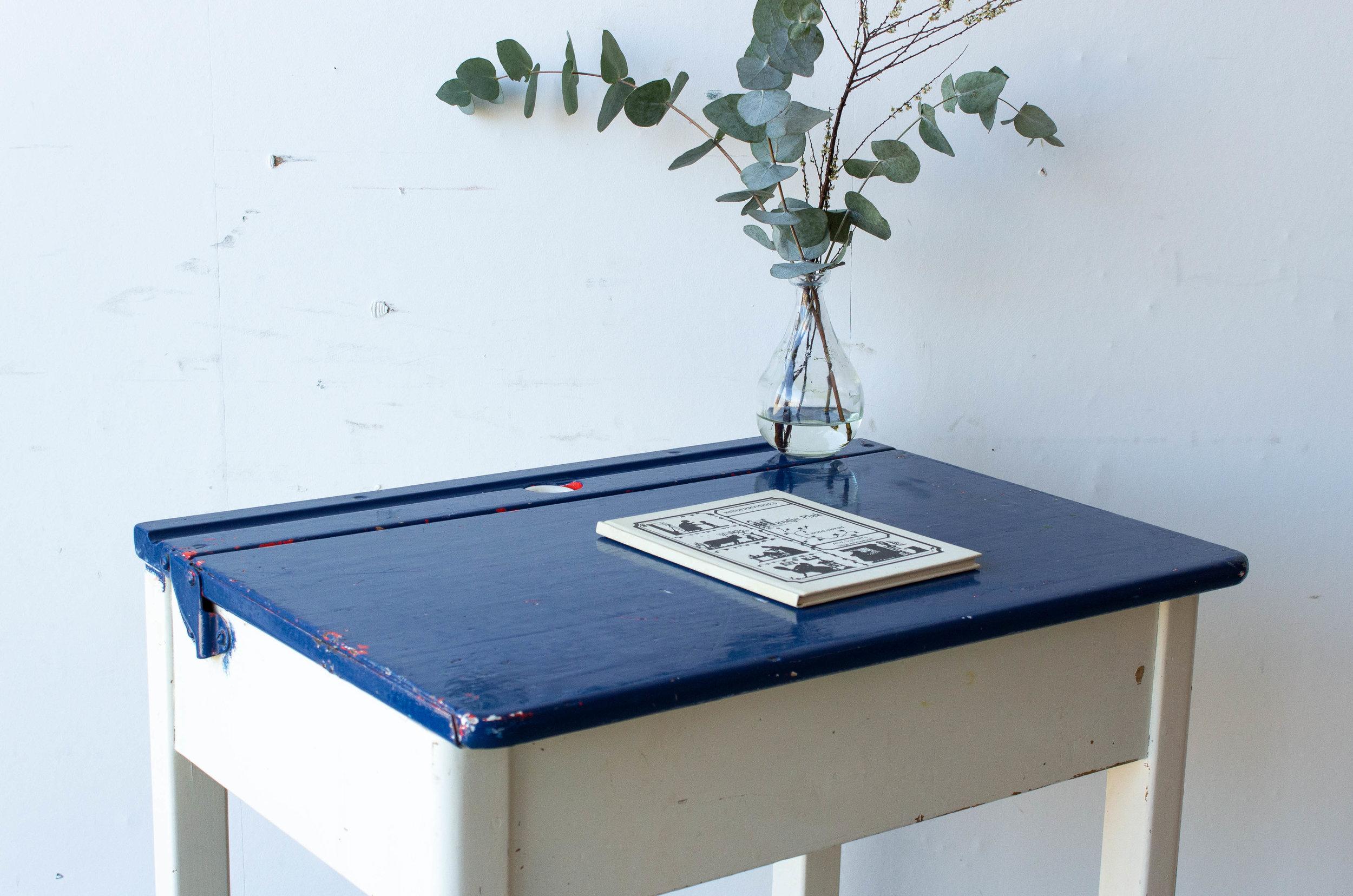 3182 - Engels blauw met wit schooltafeltje-2.jpg