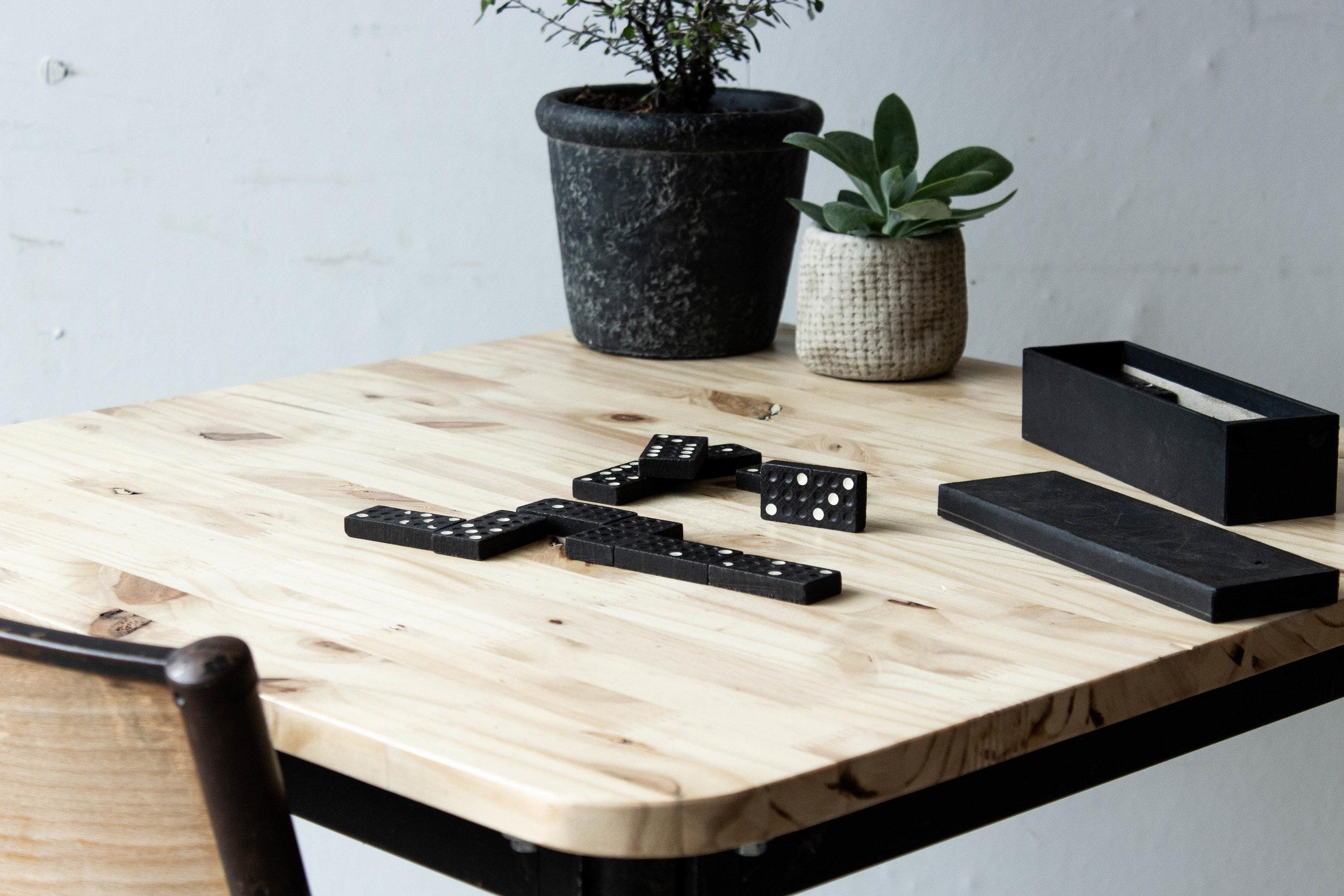 3189 - Eenpersoons schooltafel met zwarte puntpootjes-2.jpg