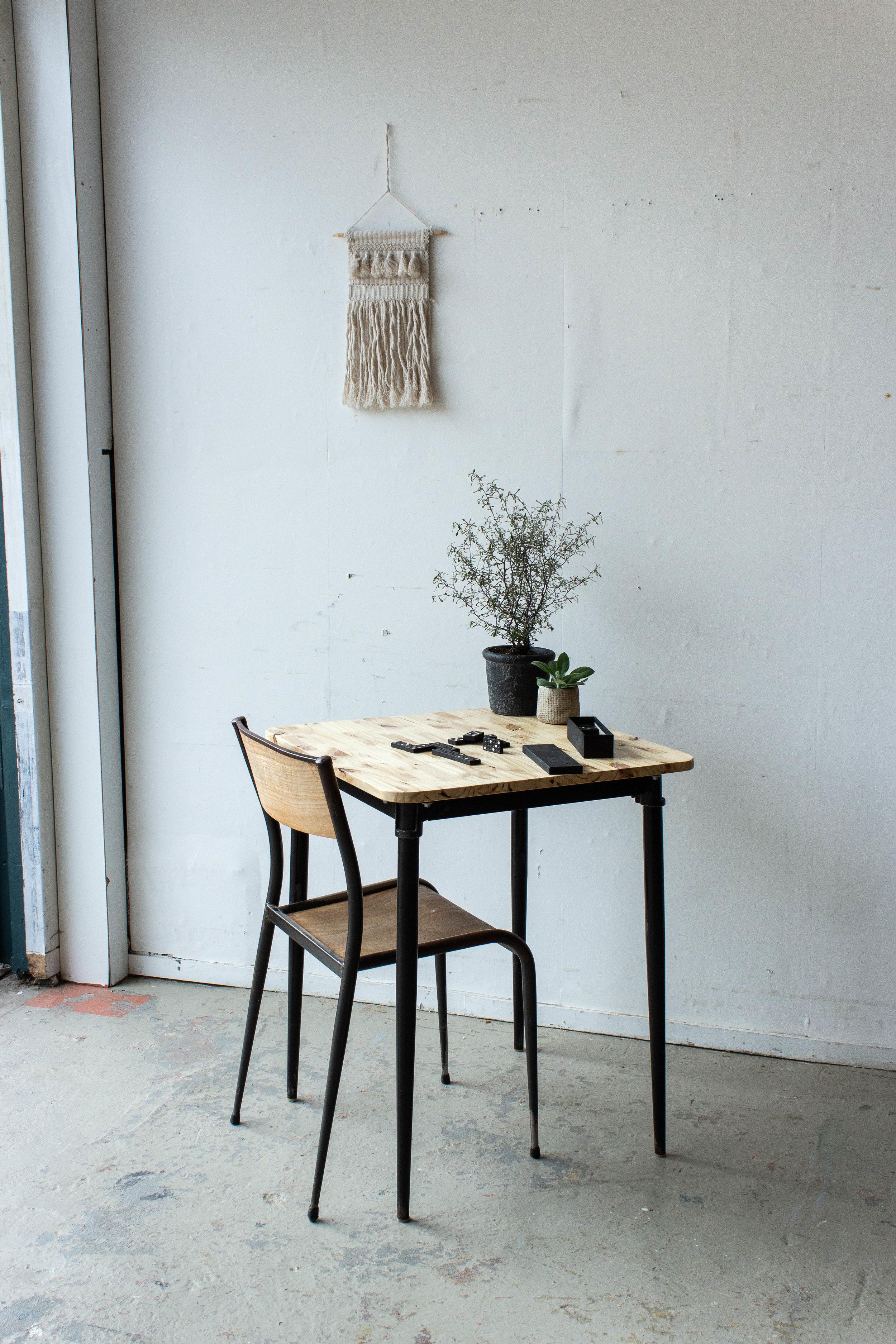 3189 - Eenpersoons schooltafel met zwarte puntpootjes.jpg