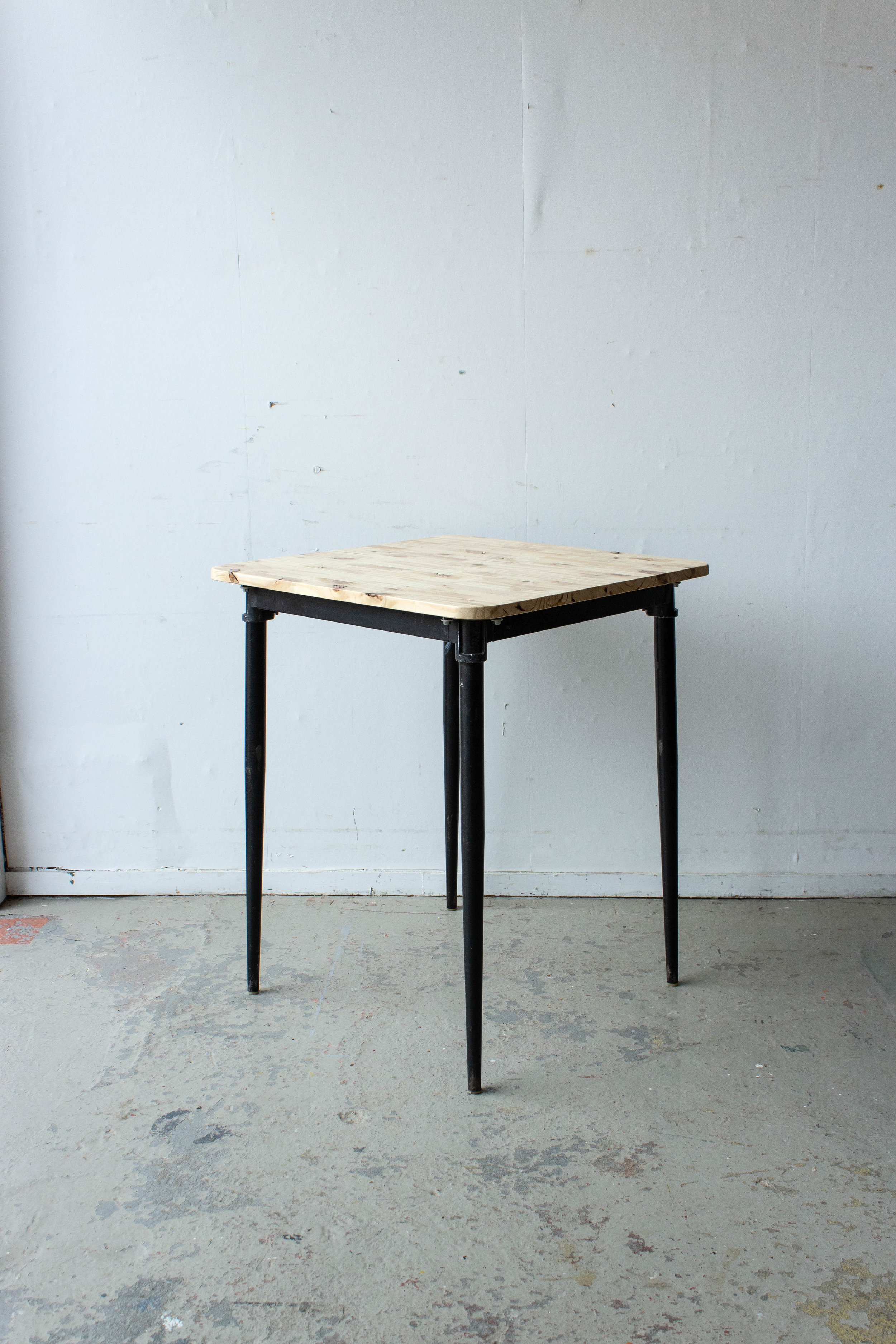 3189 - Eenpersoons schooltafel met zwarte puntpootjes-6.jpg