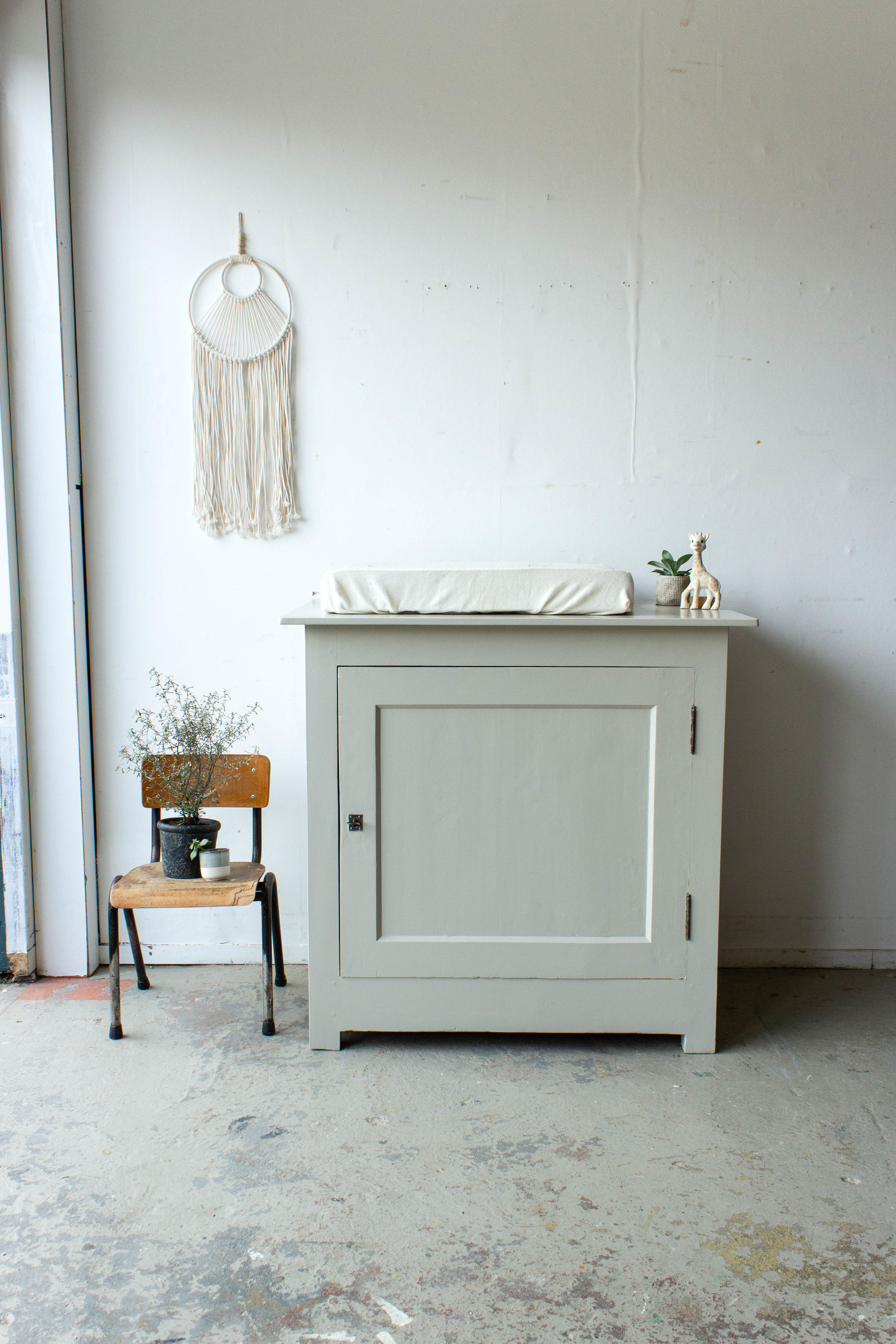 Vintage commode in zachte taupe kleur - Firma Zoethout