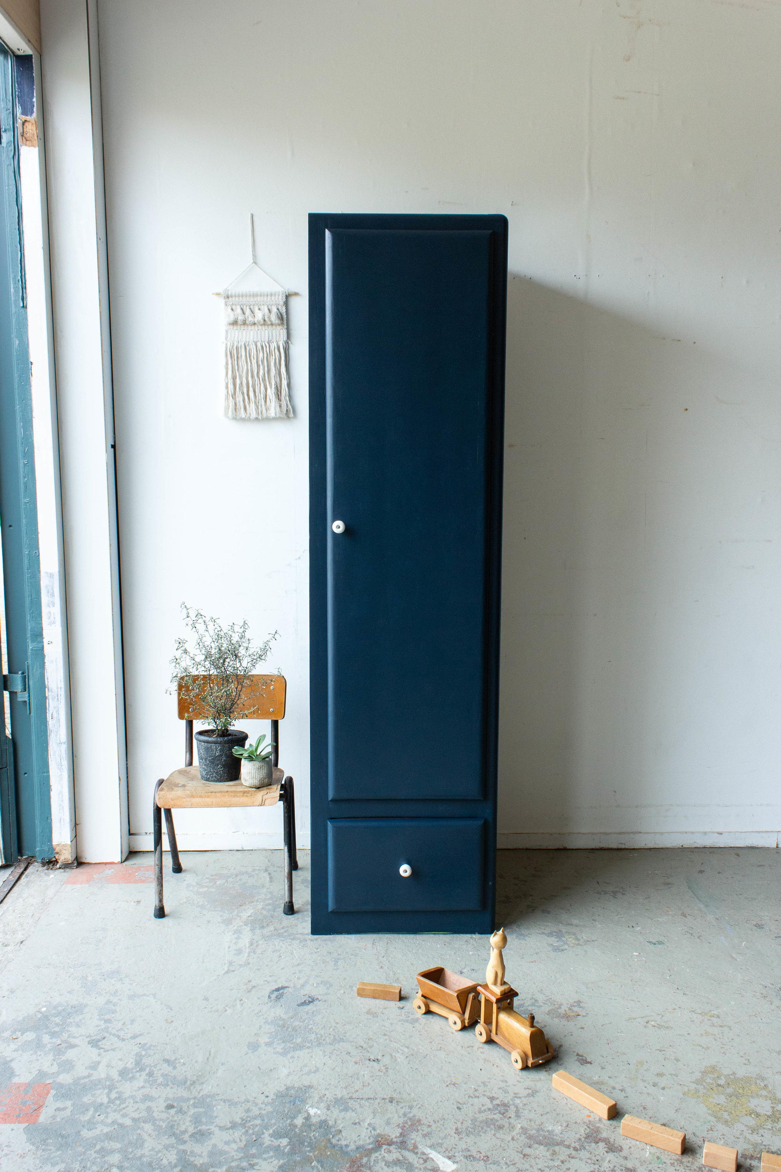 1456 - Nachtblauwe smalle keukenkast.jpg