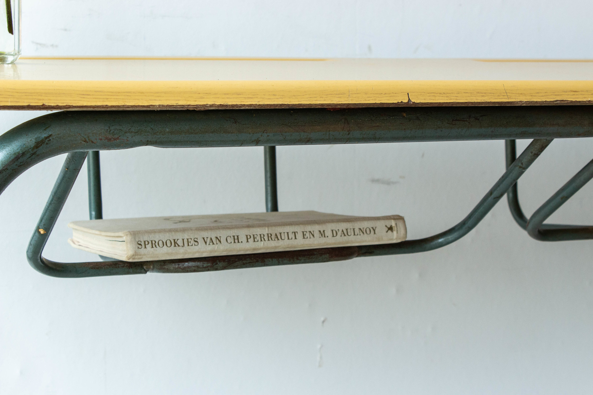 3151 - 2p vintage schooltafel met geel blad-4.jpg