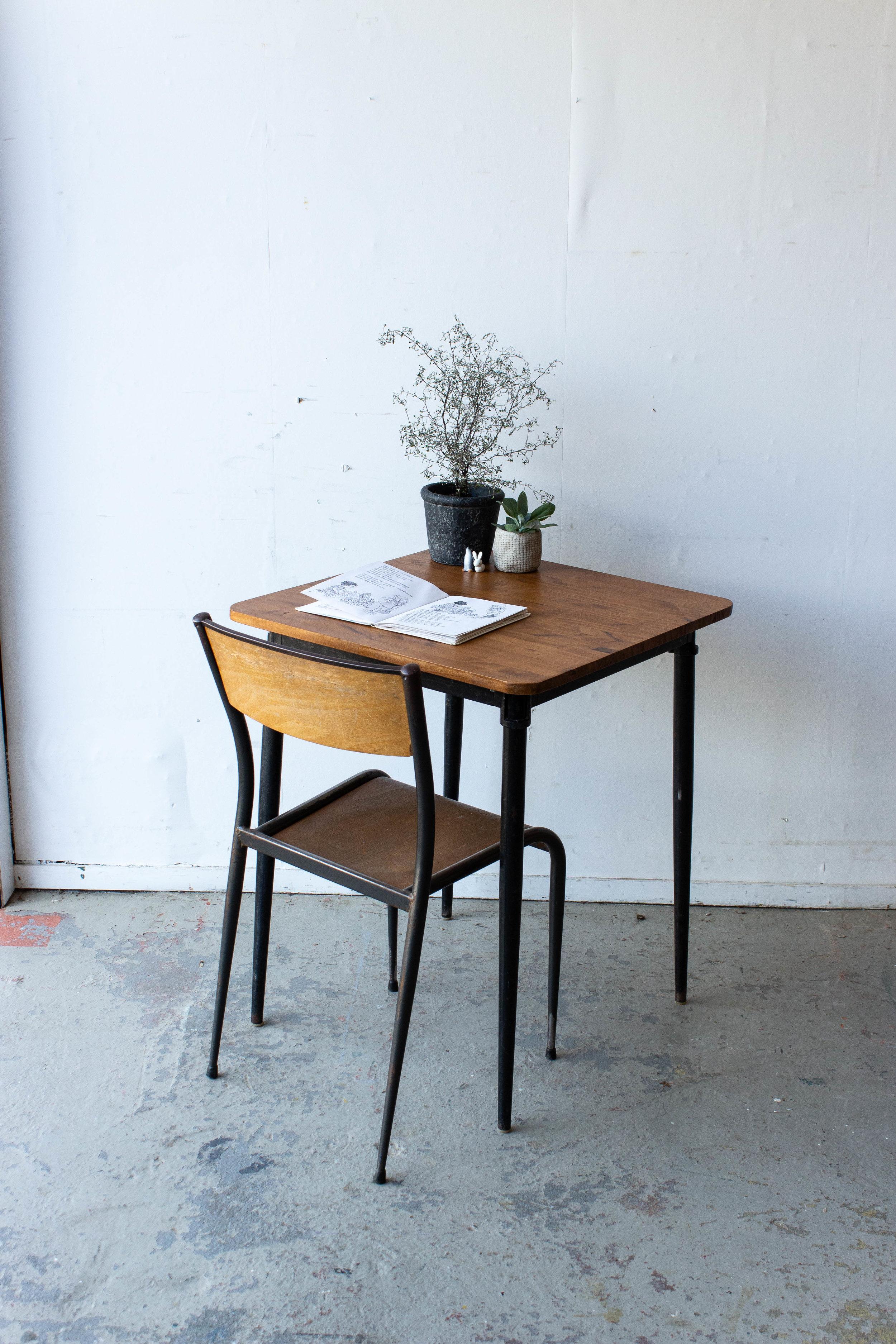 3191 - 1p schooltafel gebeitst met puntpootjes.jpg