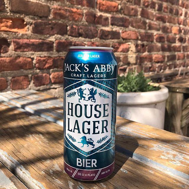new brewski in the hoooouuussseeee @jacksabbycraftlagers . . . #jacksabby #houselager ##craftlagers #bier #localbrews #beernerds #backyard #brews #babes #localsonly
