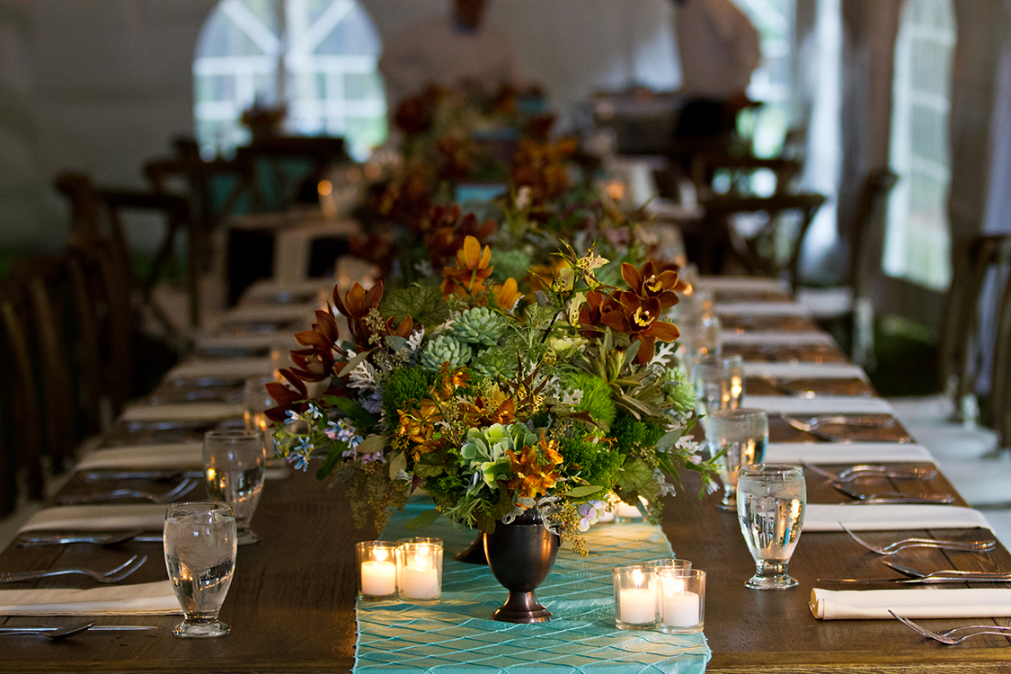 Flowers by Cincinnati wedding florist Floral Verde LLC. Photo by Sarah Dills Photography. Reception at Private Residence, Batesville, Indiana