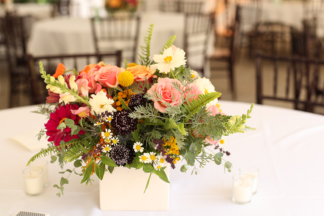 Sunset-toned centerpiece at The Inn at Oneonta, by Cincinnati wedding florist Floral Verde LLC.