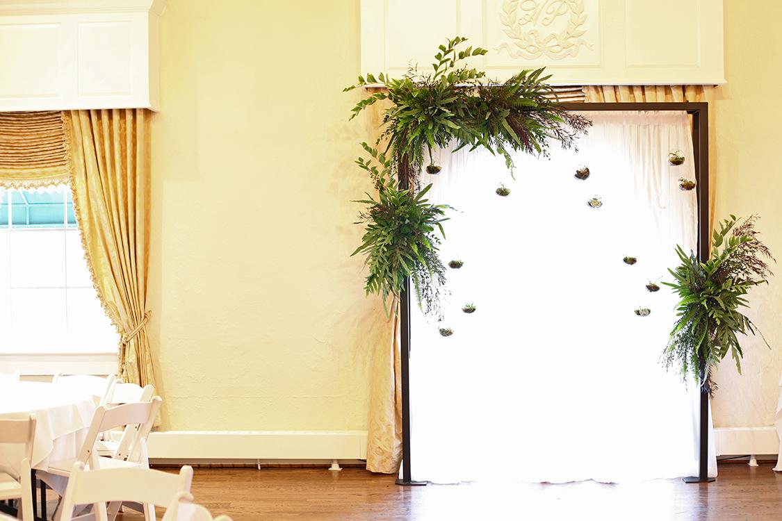 Wedding ceremony at Hyde Park Country Club. Flowers by Cincinnati wedding florist Floral Verde.