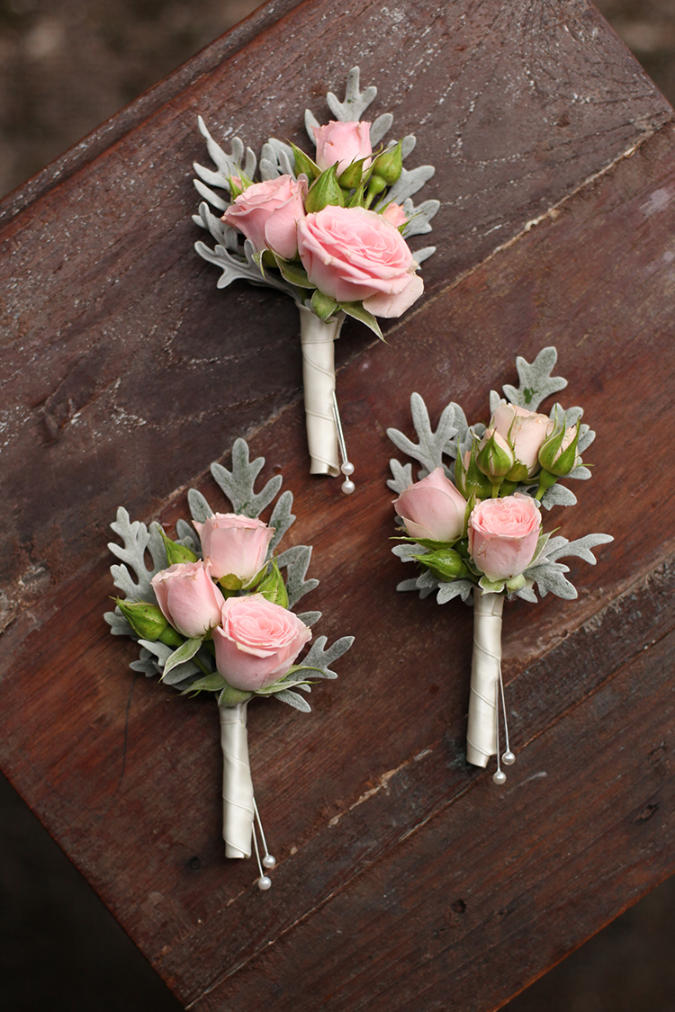 Blush rose boutonnieres by Cincinnati wedding florist Floral Verde.