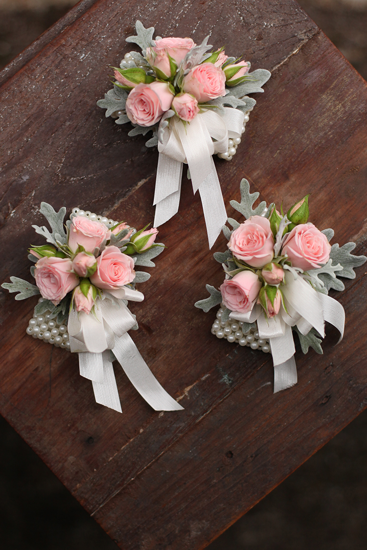Blush rose wrist corsages by Cincinnati wedding florist Floral Verde.